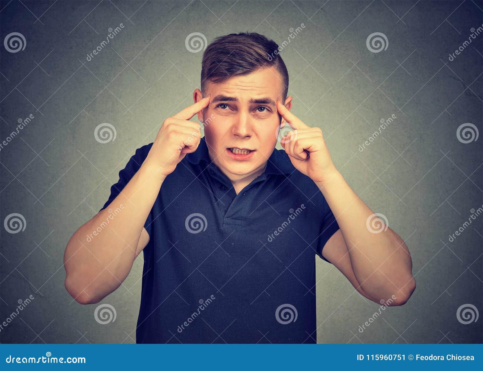 Homme réfléchi pensant très intensément concentrant l essai de se rappeler