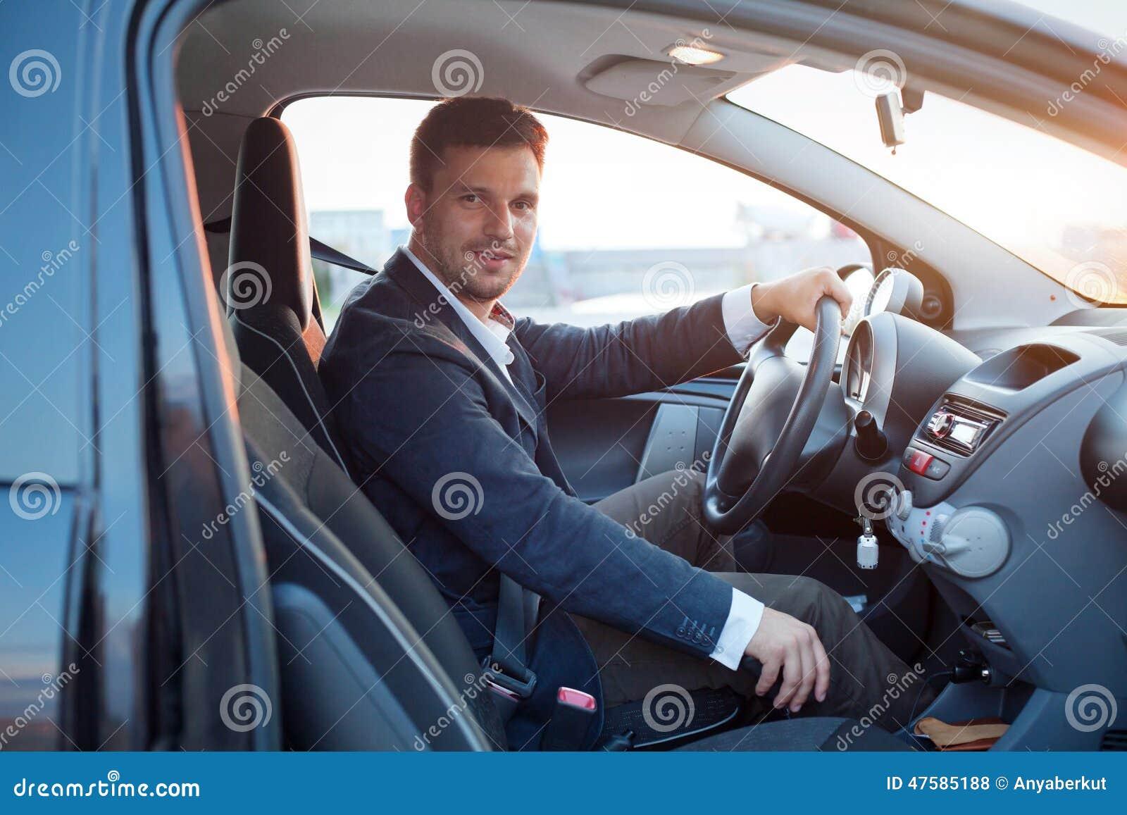 Homme réussi dans la voiture