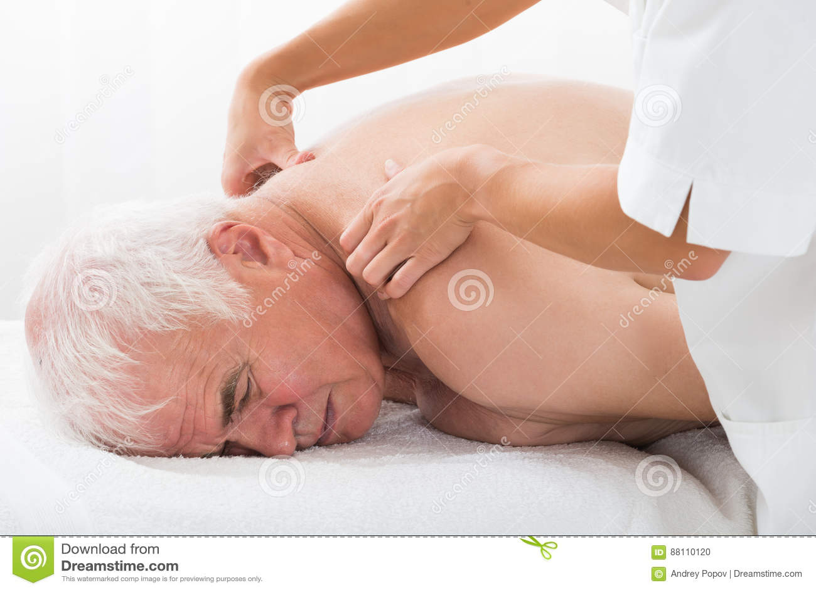 Homme recevant le massage arrière