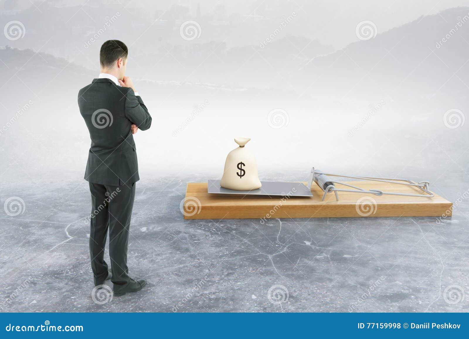 Homme regardant la souricière à clapet avec l argent
