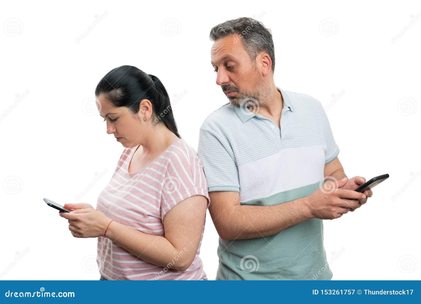Homme regardant le téléphone de femme