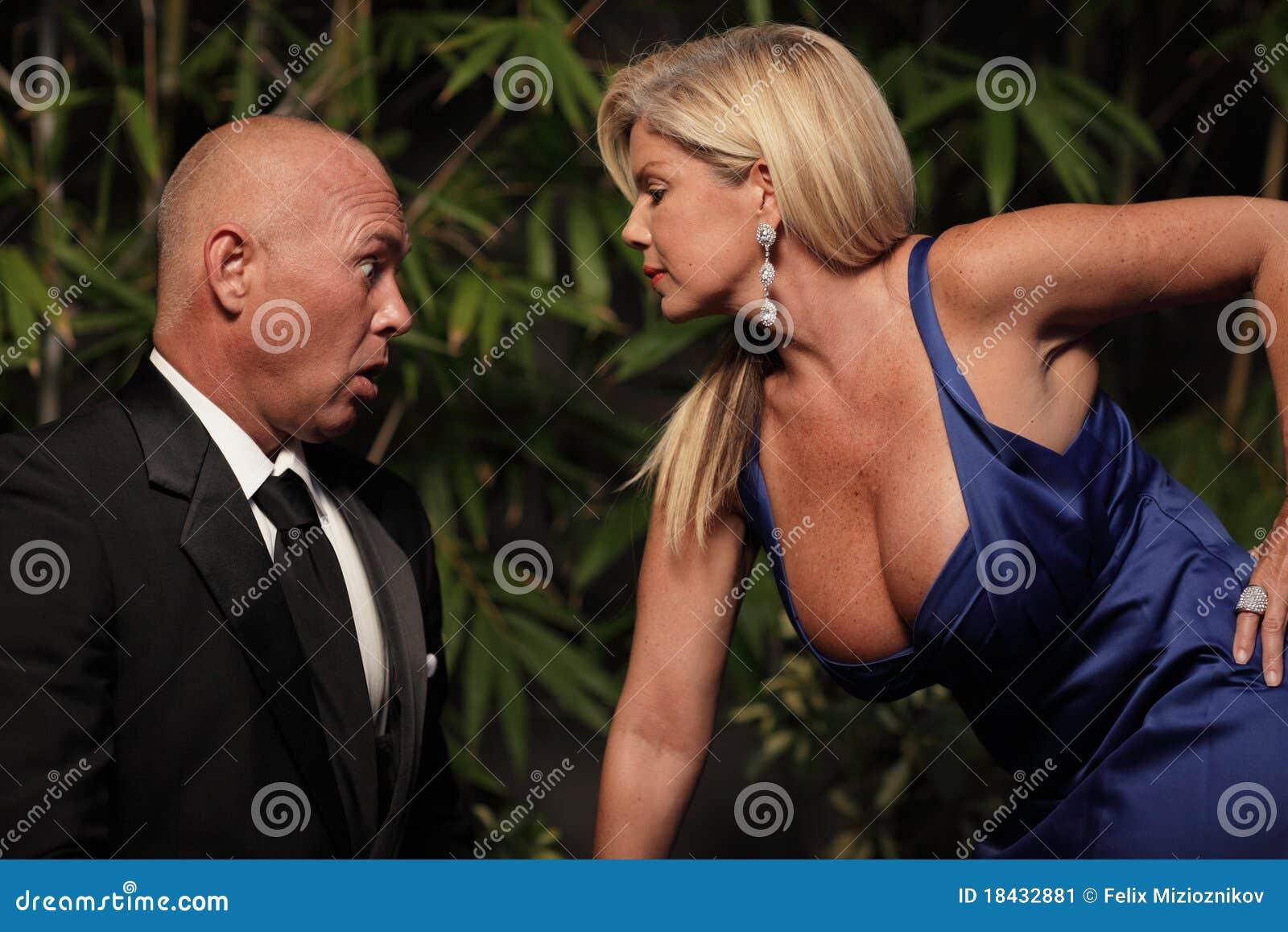 Homme regardant les seins