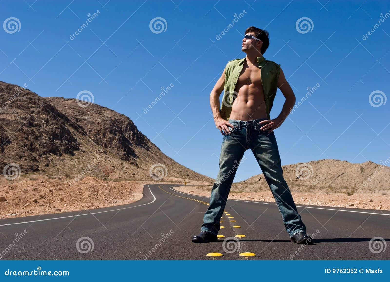 Homme restant sur la route