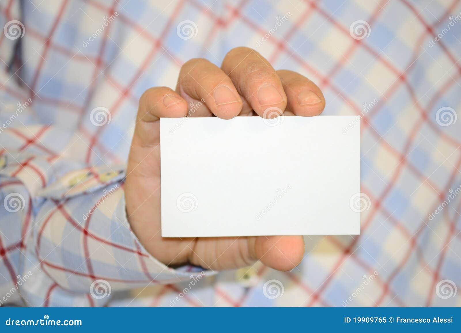 Homme retenant la carte vierge