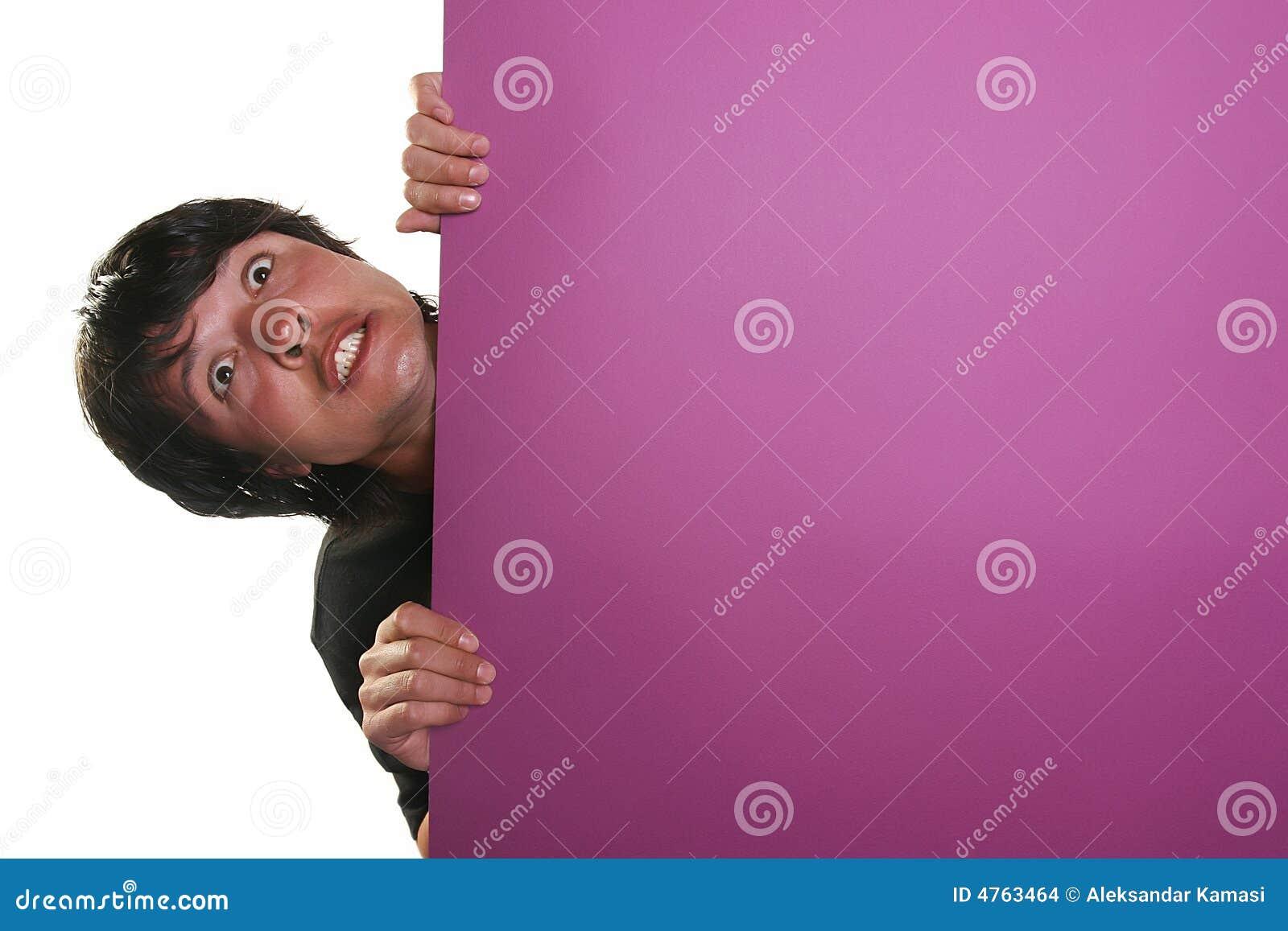 Homme retenant un panneau-réclame