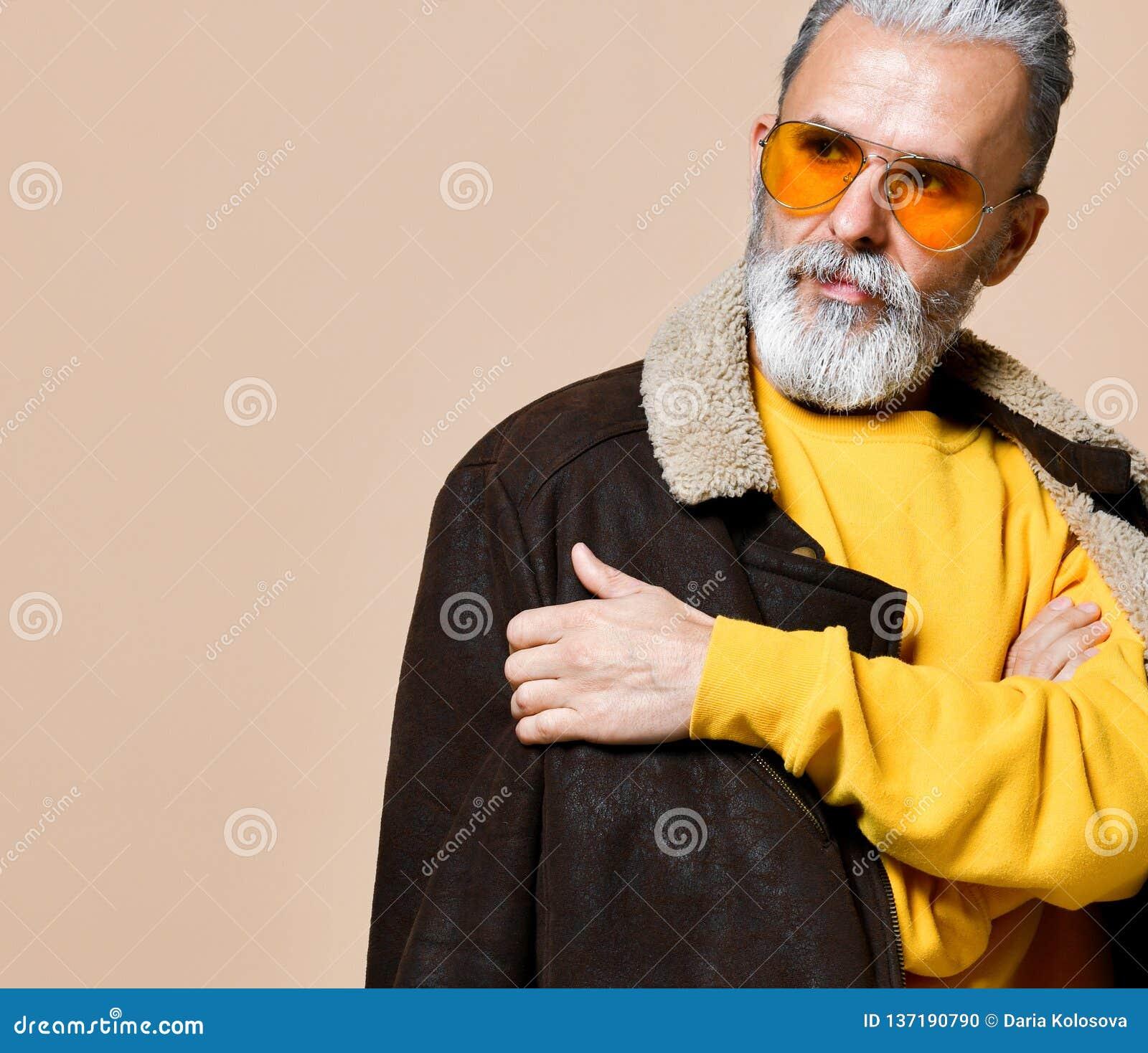 Homme riche élégant supérieur avec une barbe et moustache dans un manteau en cuir
