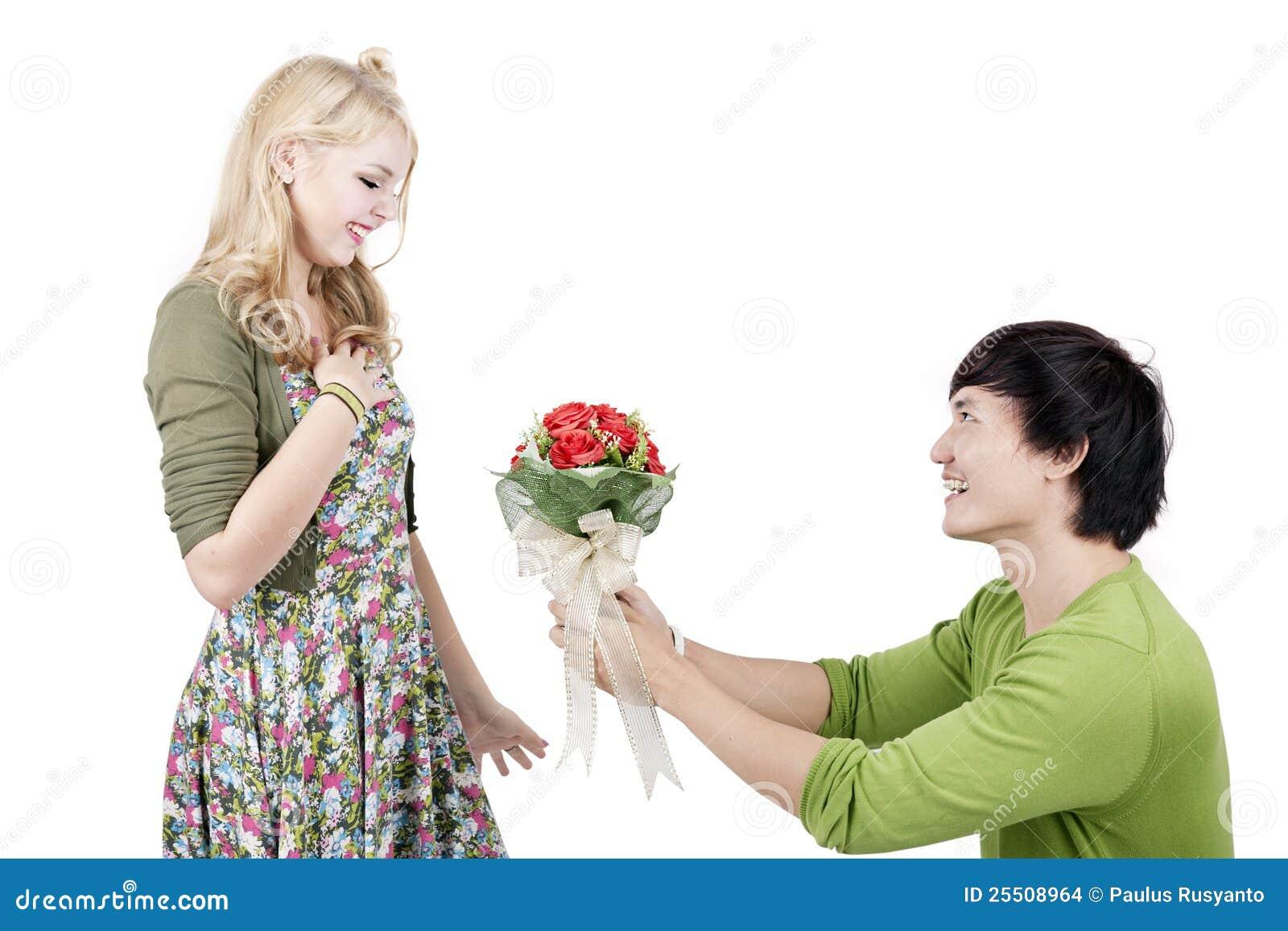 Homme romantique donnant des fleurs images stock image for Bouquet de fleurs homme