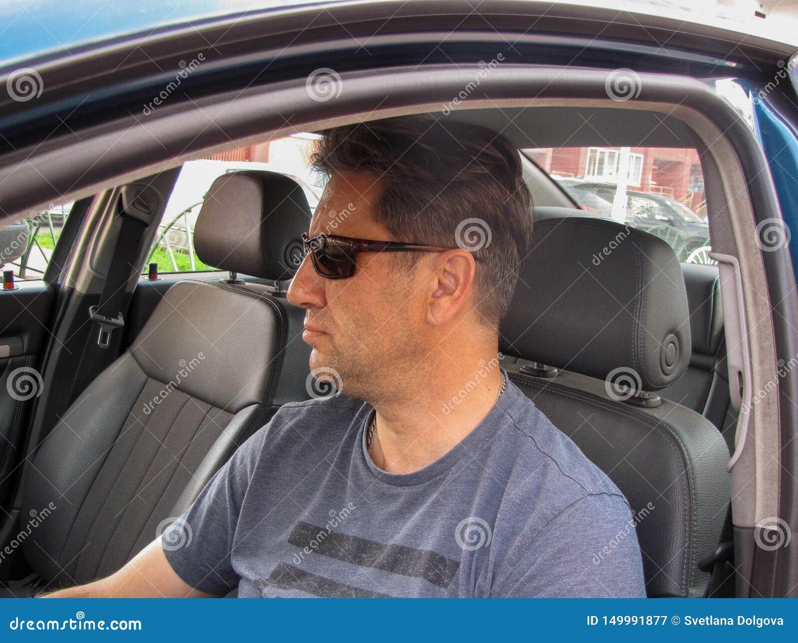 Homme sérieux dans la fenêtre de voiture
