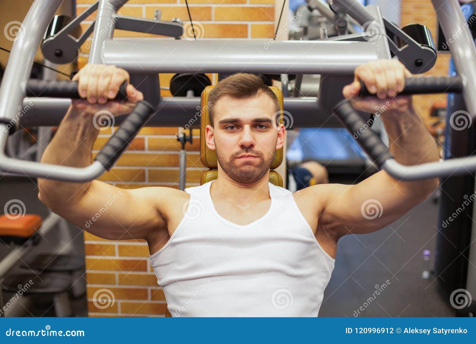 Homme s exerçant à la gymnastique L athlète de forme physique faisant le  coffre s exerce 58a28ad098c