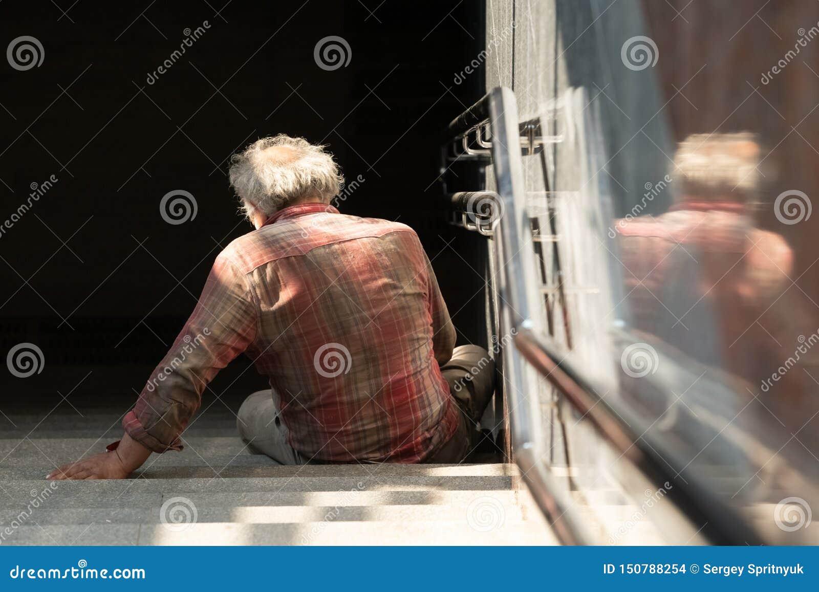 Homme sans abri sur la rue de passage couvert, concept sans abri