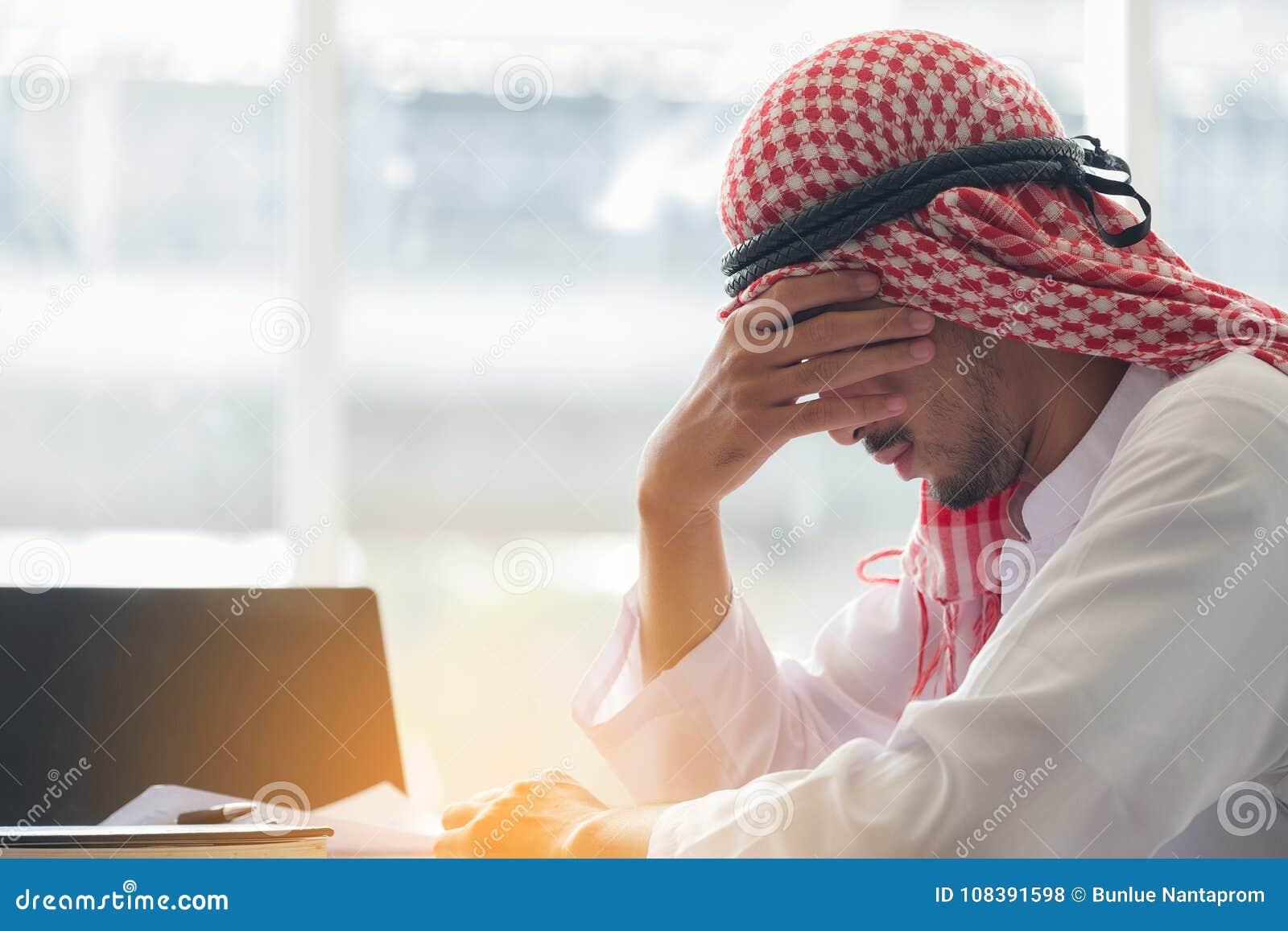 Homme saoudien arabe travaillant dans un bureau, travail arabe de tension d homme d affaires