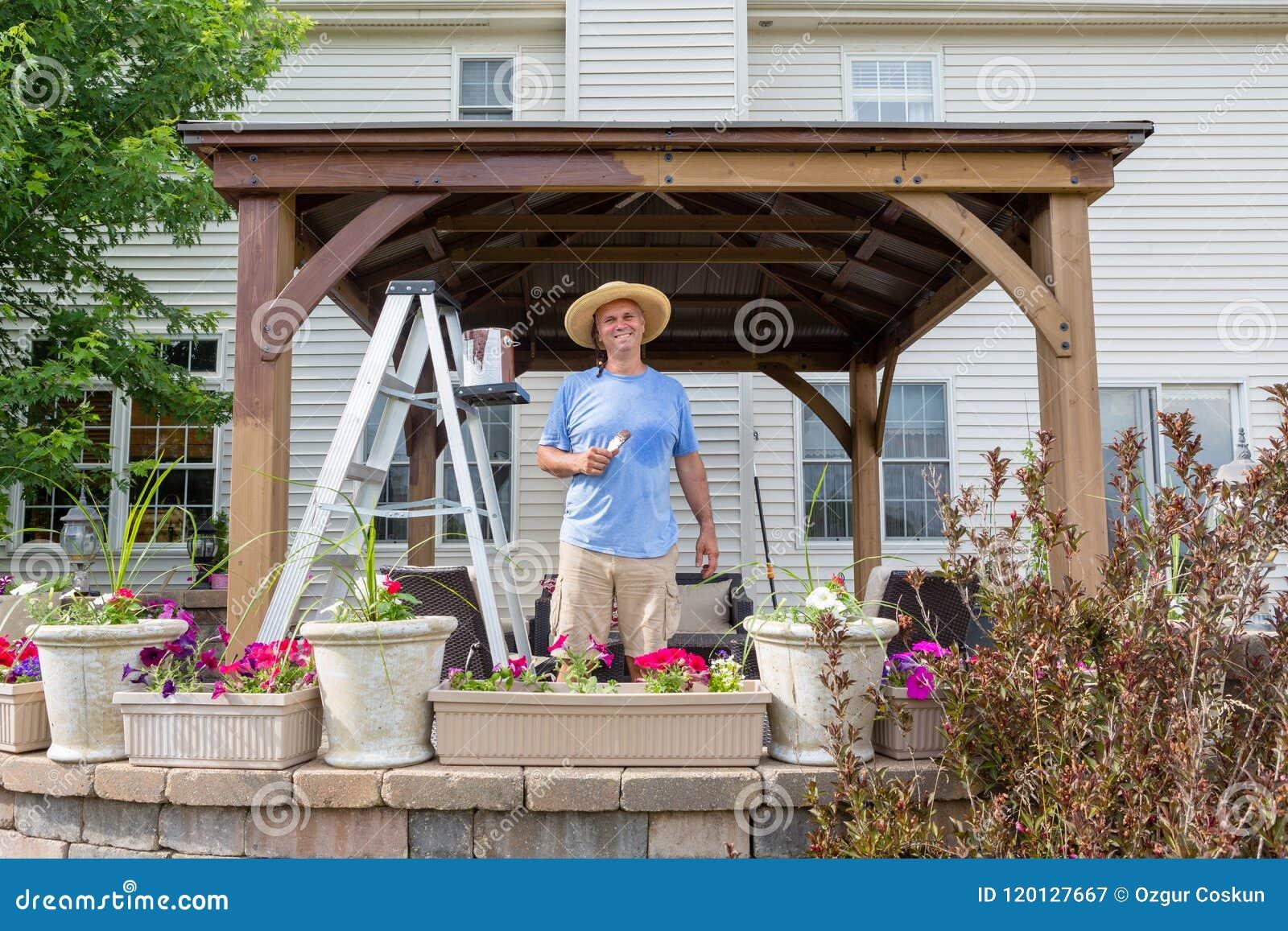 Homme satisfaisant heureux souillant un nouveau belvédère