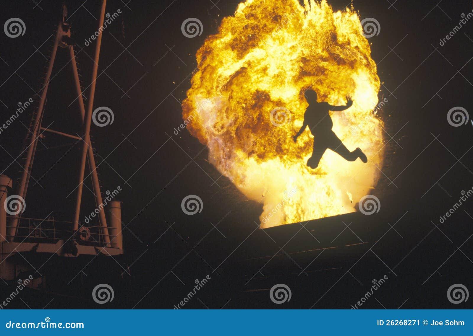 Homme sautant par l aérolithe