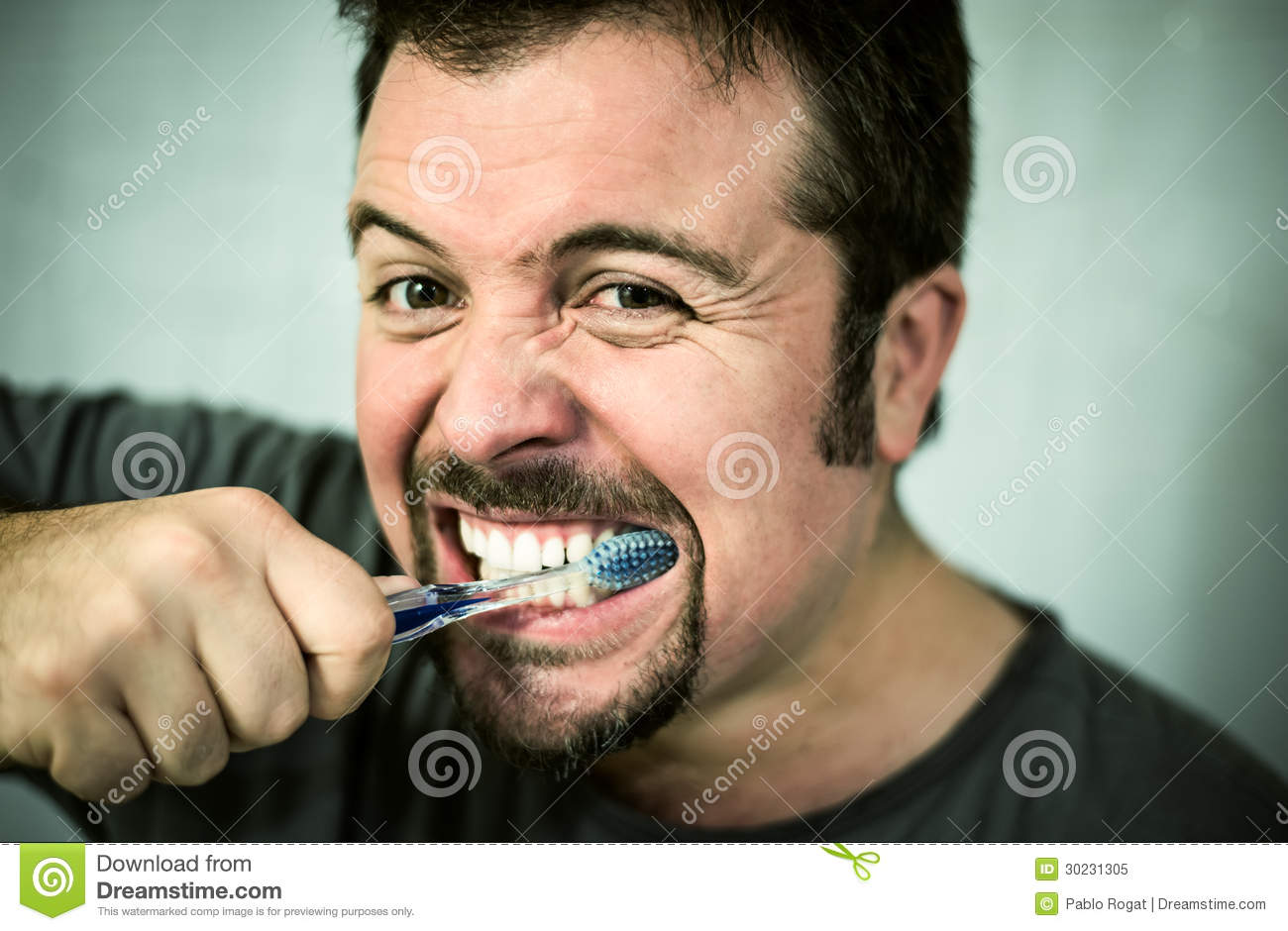 Homme se lavant les dents photo libre de droits image for Devant le miroir