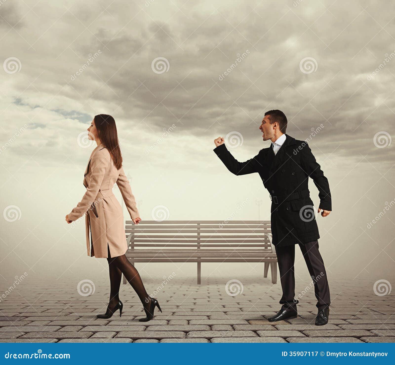 Homme secouant le poing à la femme sortante
