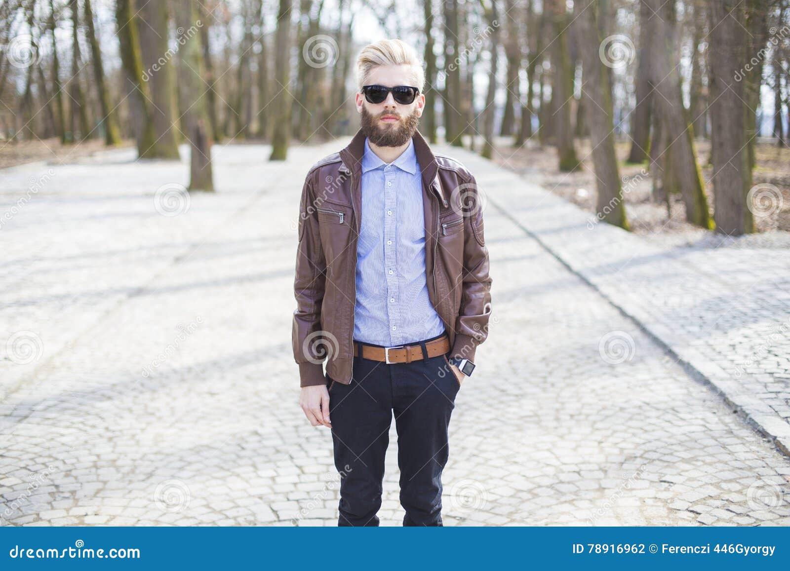Homme seul marchant