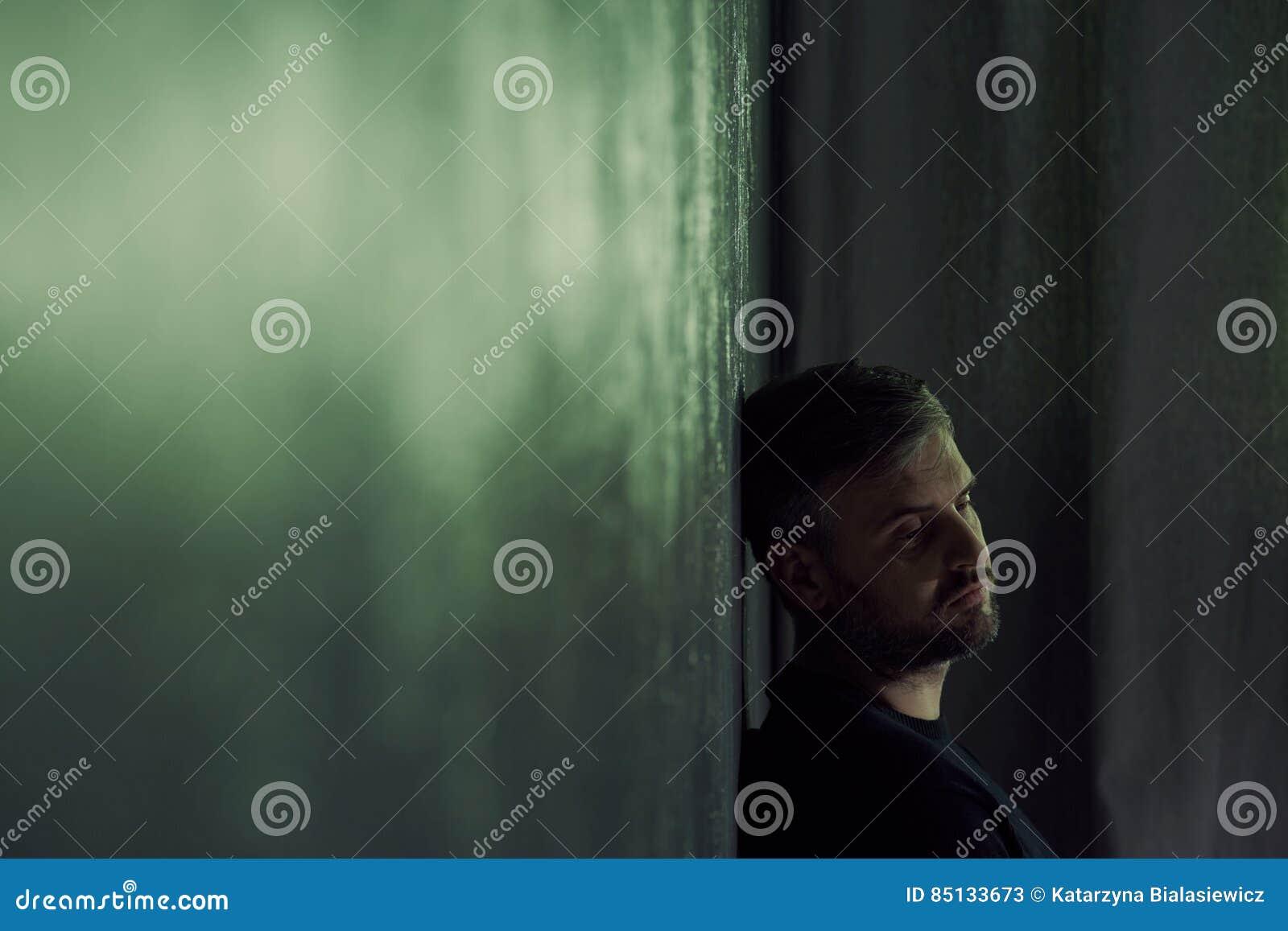 Homme seul seul s asseyant