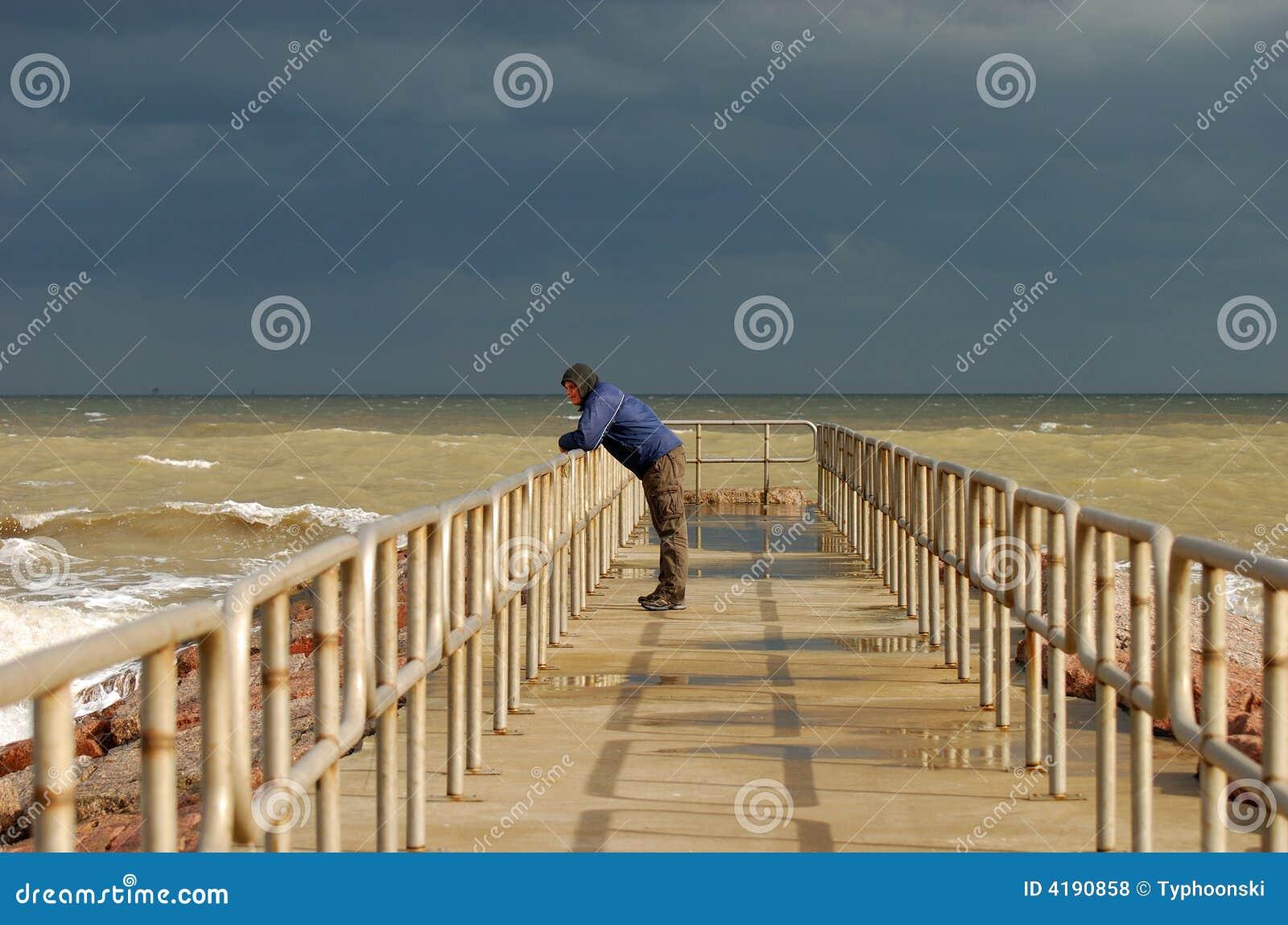 Homme seul sur le pilier
