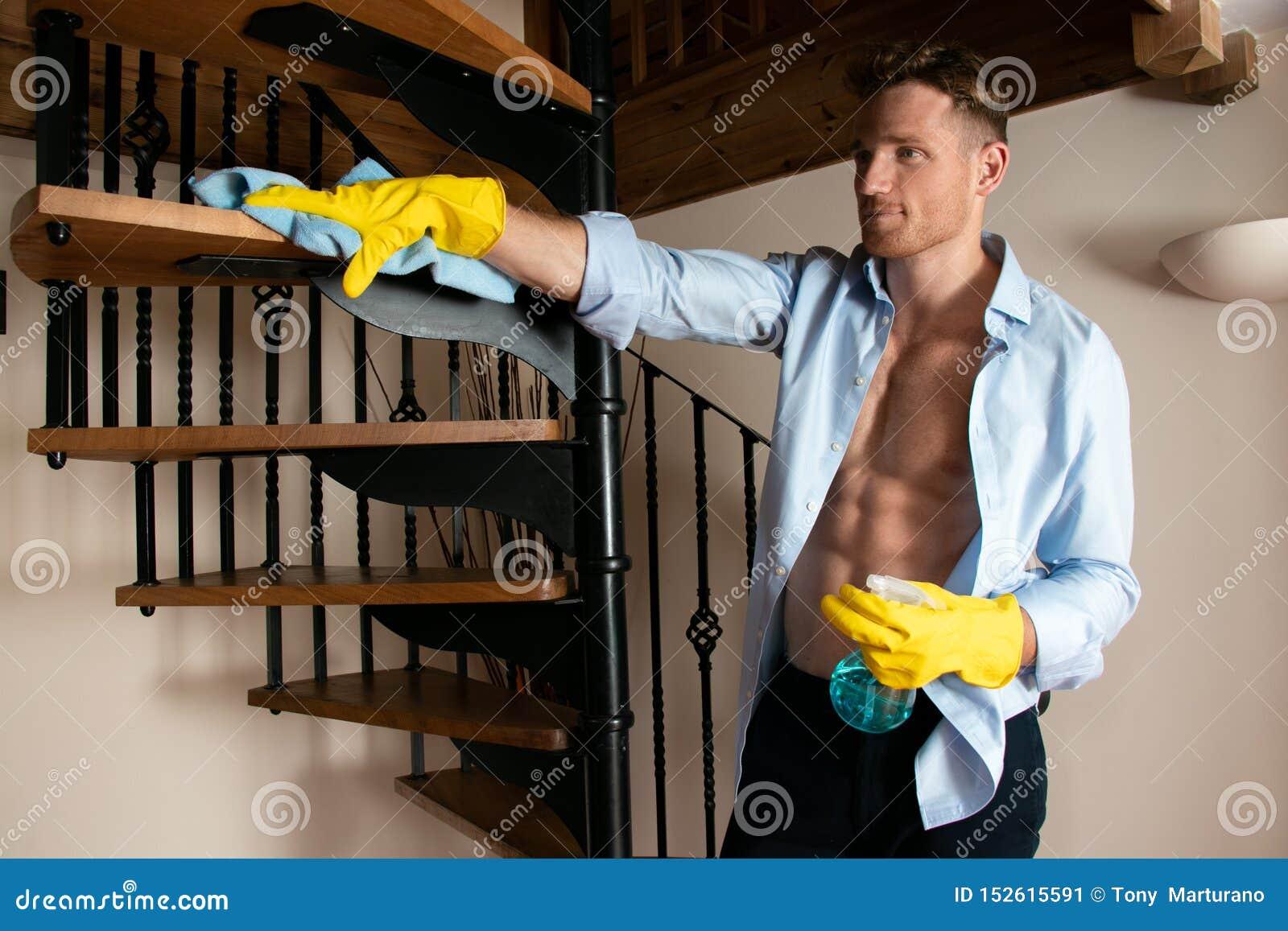 ~~~Happy B-day sœurs/frères VERSEAU~~~ - Page 2 Homme-sexy-portant-les-gants-en-caoutchouc-jaunes-nettoyant-la-cuisine-de-port-d-bel-faisant-travaux-domestiques-152615591