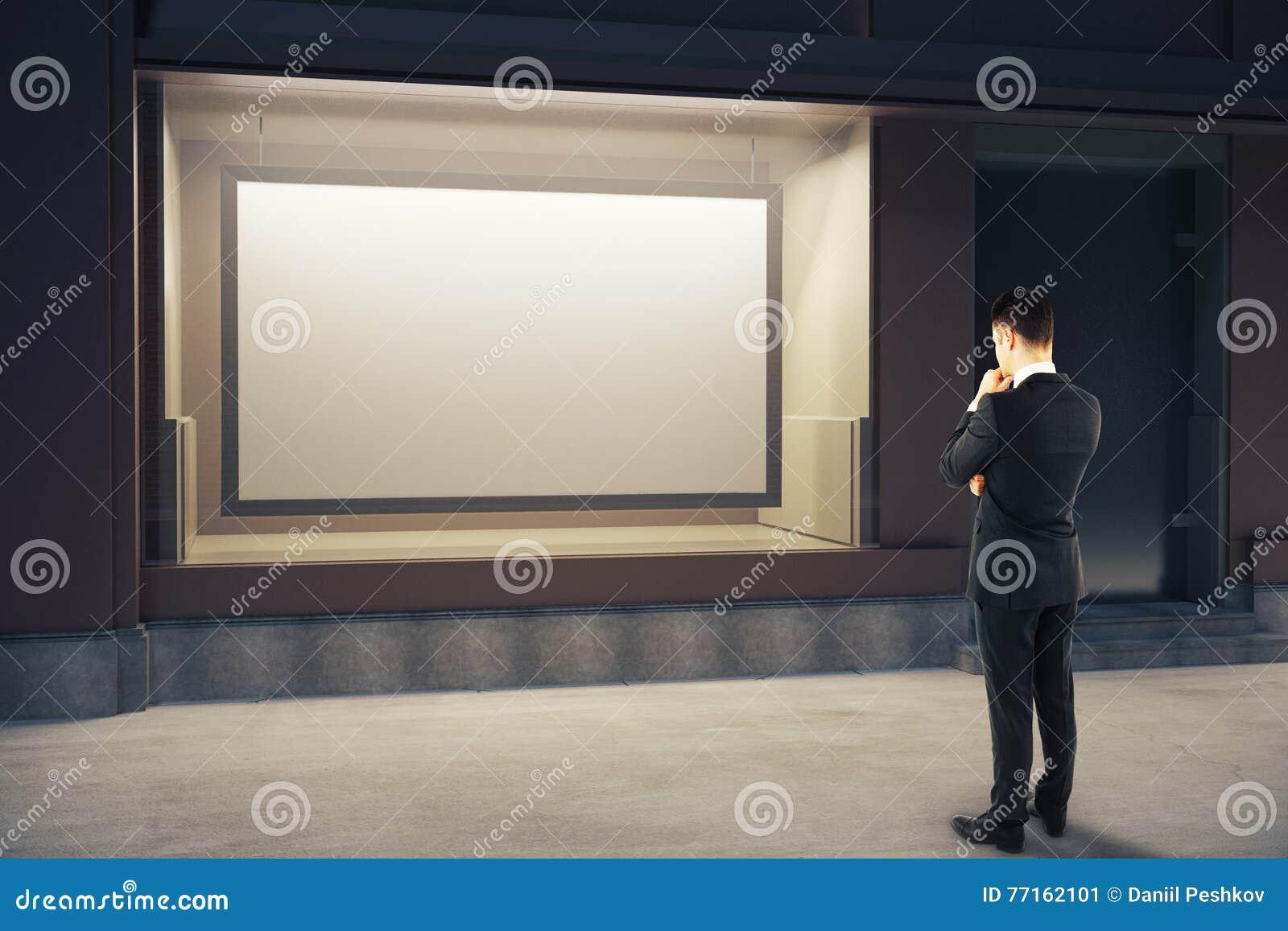 Homme songeur regardant le panneau d affichage