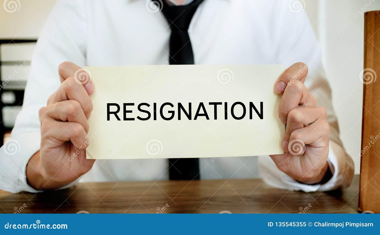 Homme soumettant à une contrainte avec la lettre de démission pour pour stopper un travail