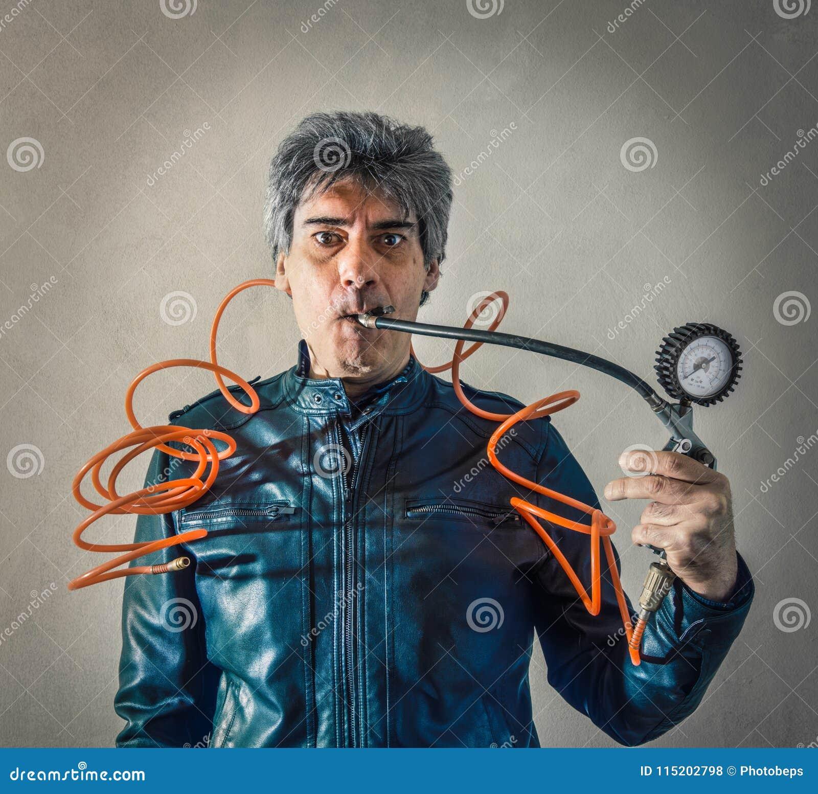 Homme soumis à une contrainte avec le manomètre dans la bouche