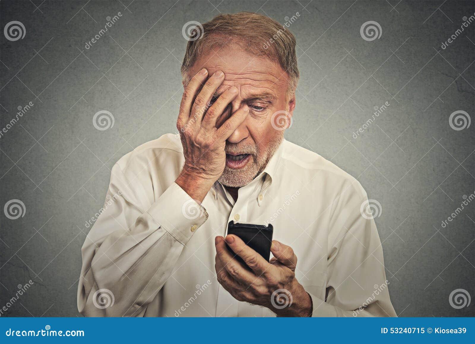 Homme soumis à une contrainte jugeant le téléphone portable choqué avec le message reçu