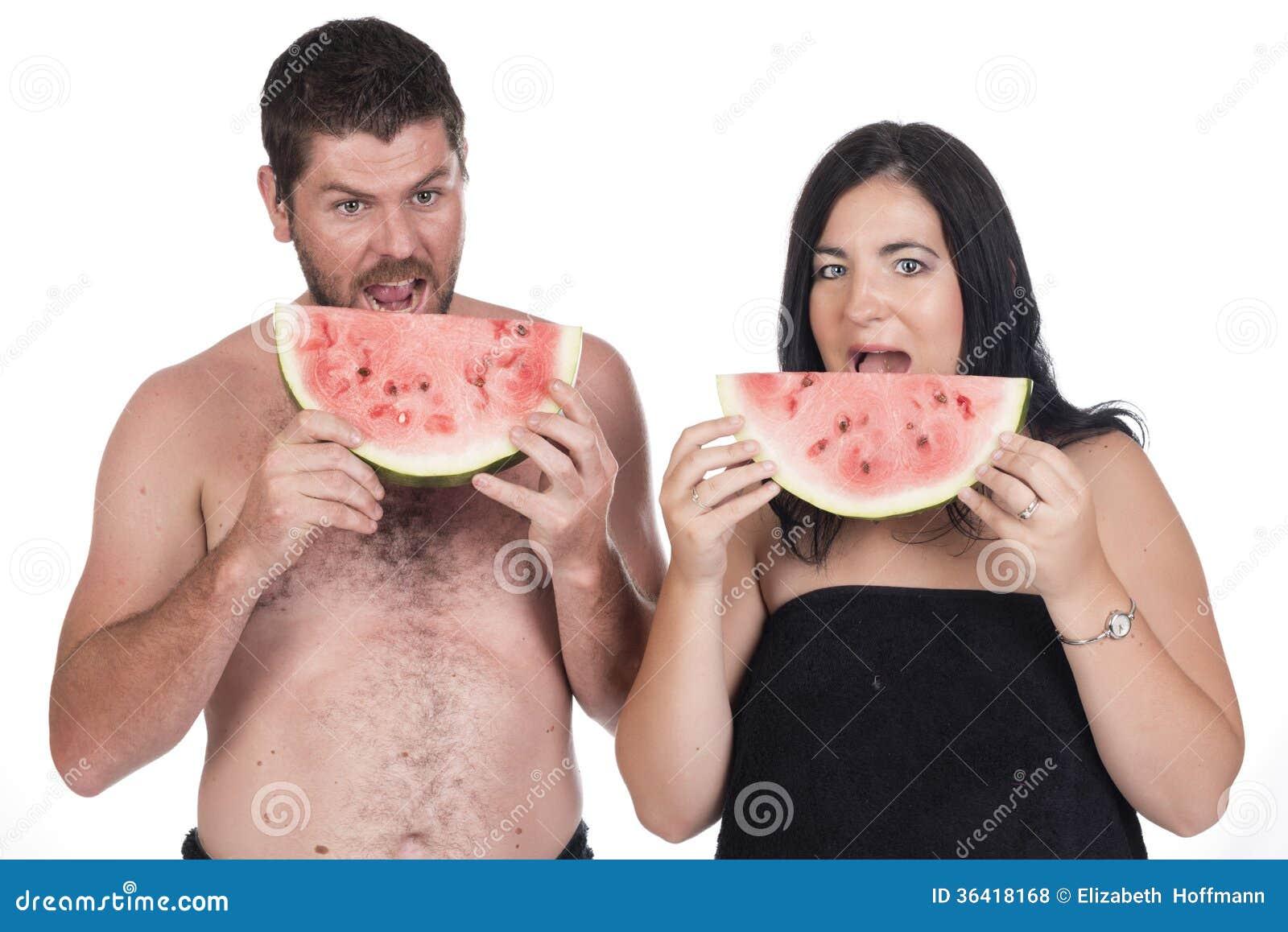 Homme sourd et femme mangeant la pastèque