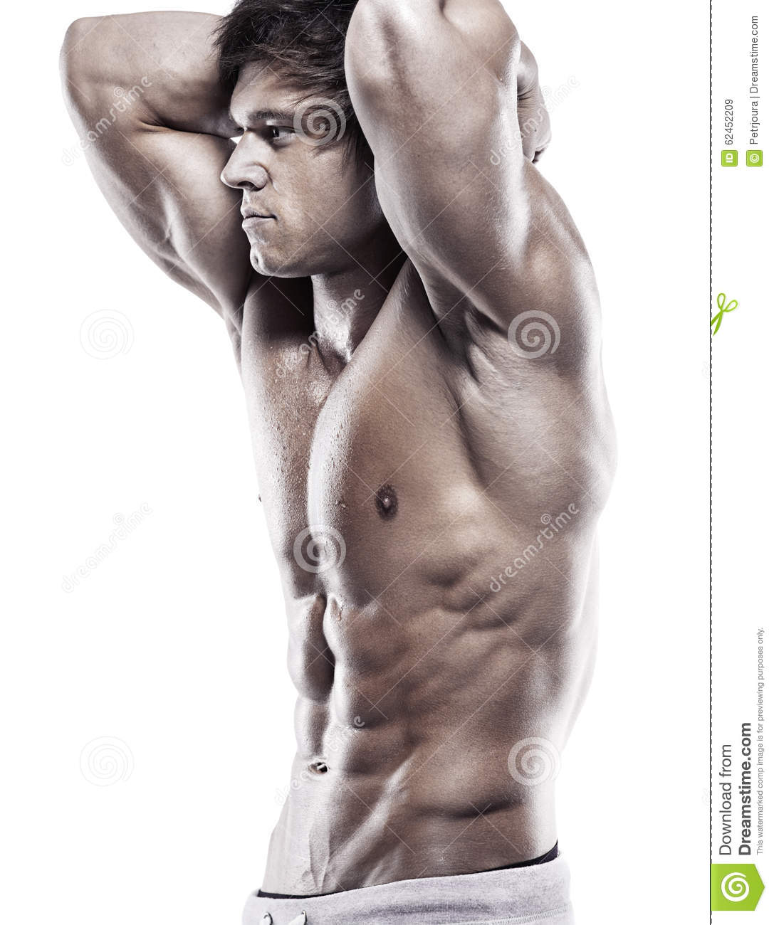 Homme sportif fort montrant le corps musculaire