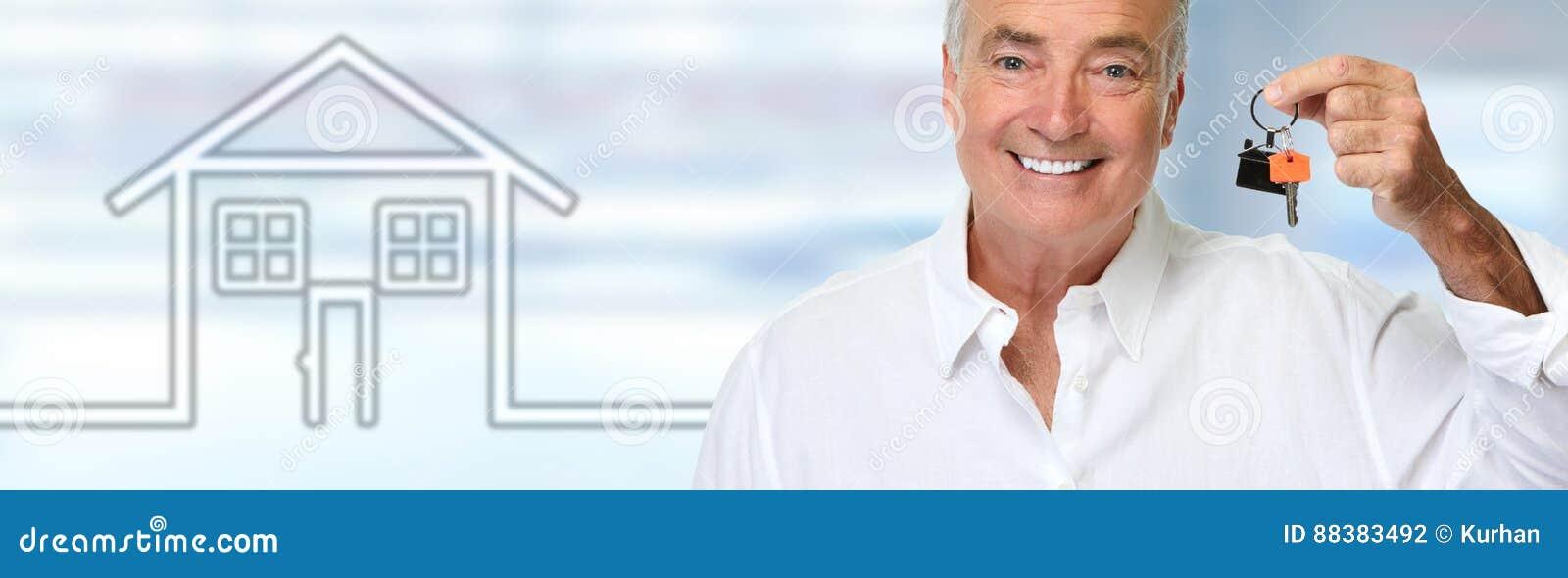 Homme supérieur avec la clé de maison