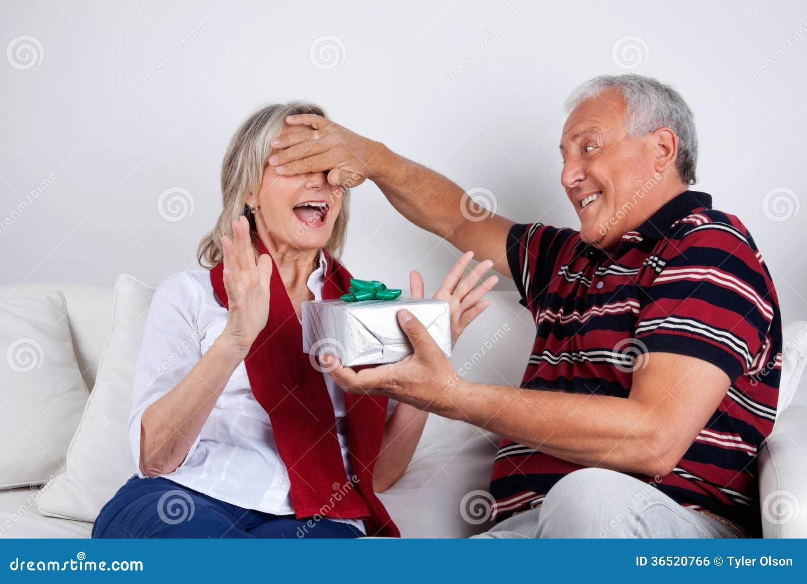 Homme supérieur donnant le cadeau à son épouse