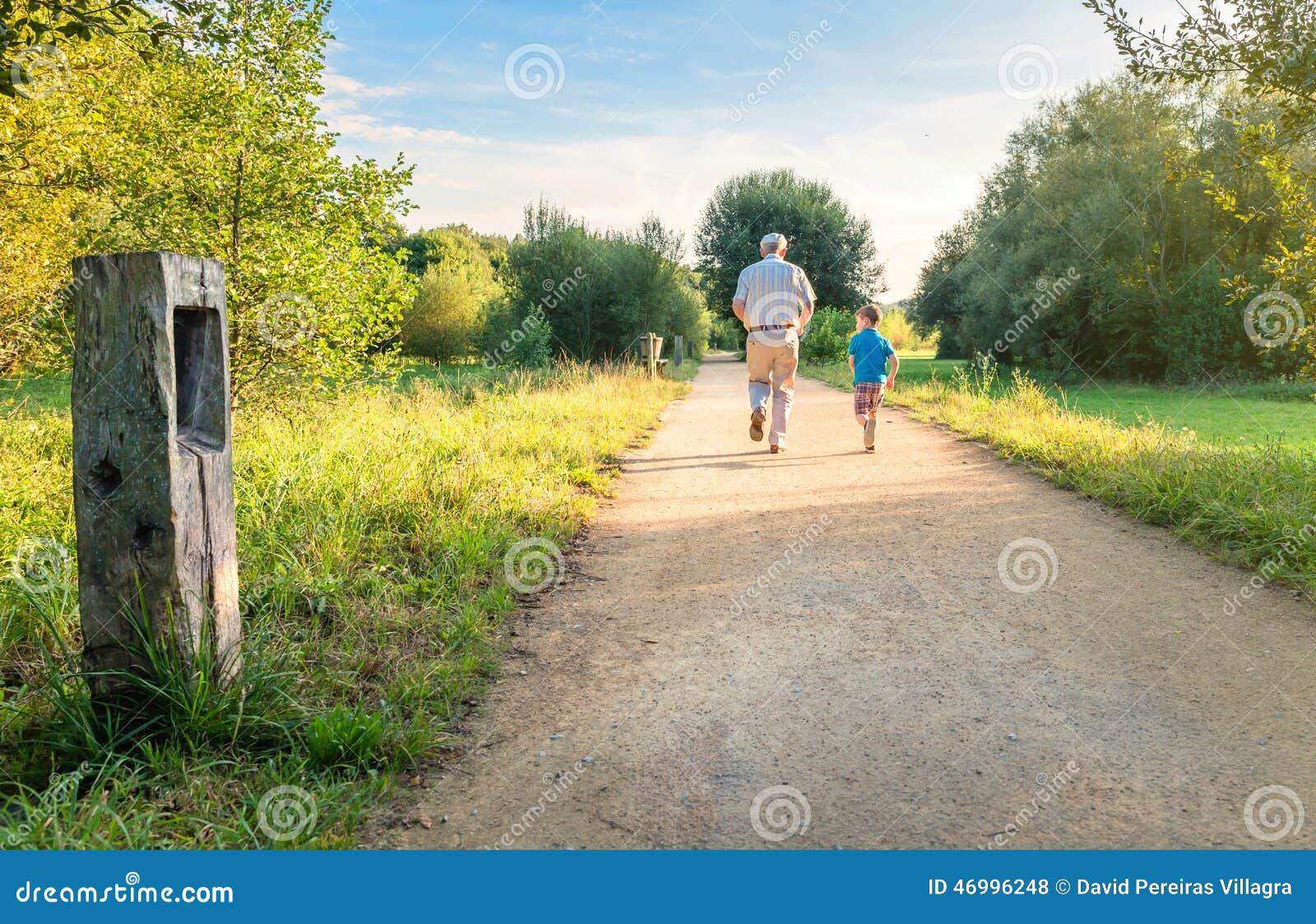 Homme supérieur et enfant heureux courant dehors