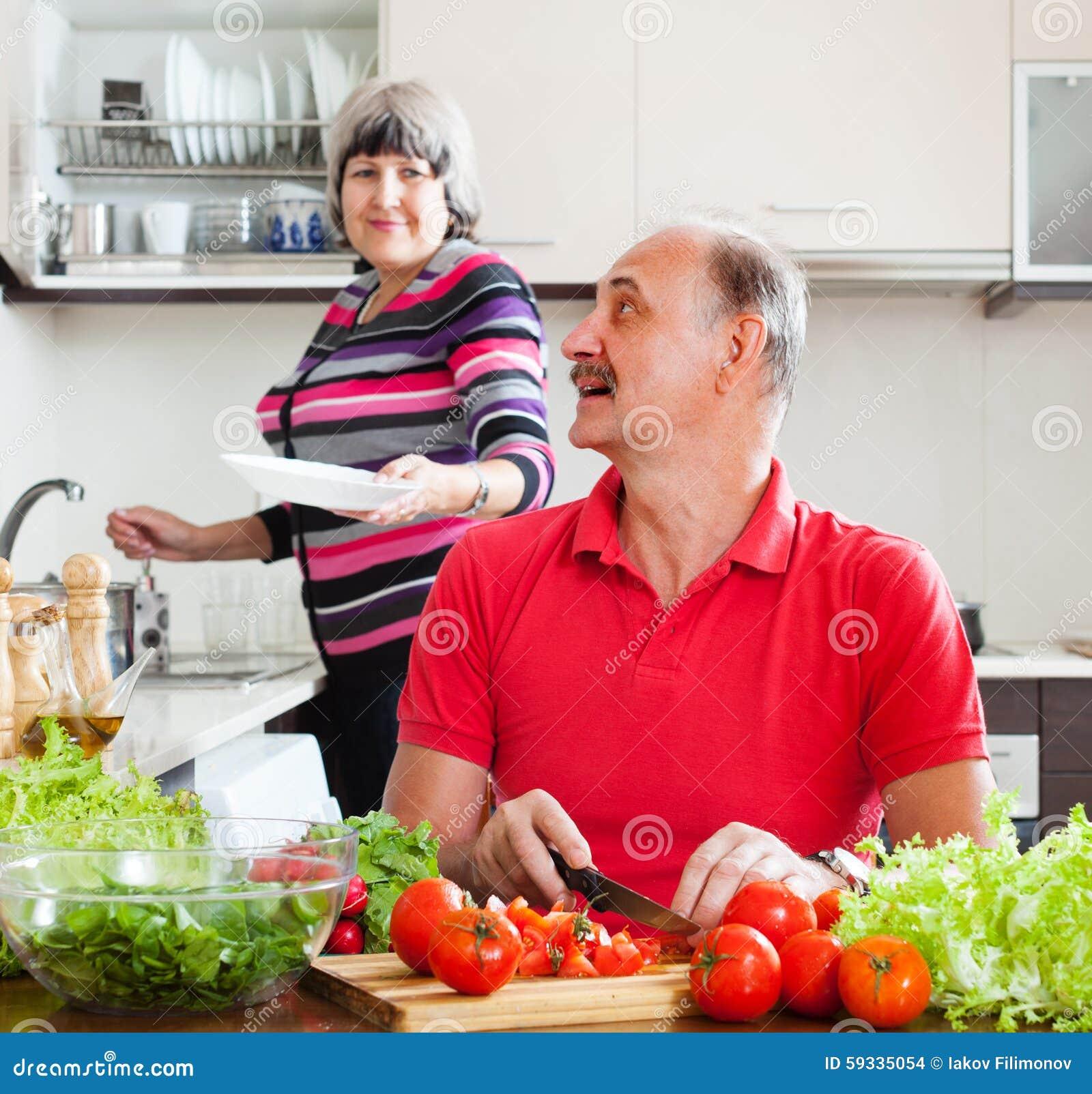 Homme supérieur et femme mûre dans la cuisine