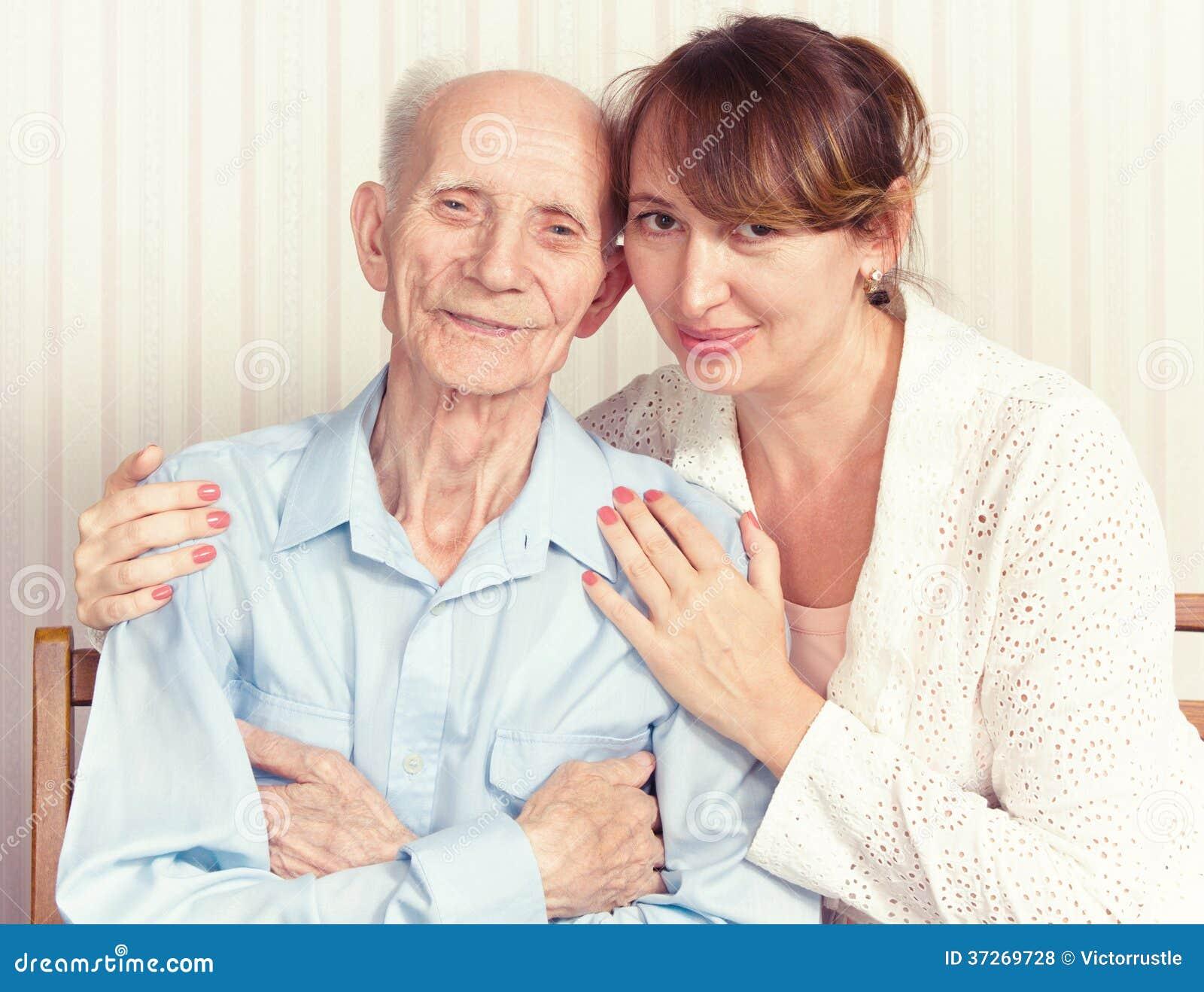 Homme supérieur, femme avec leur travailleur social à la maison.