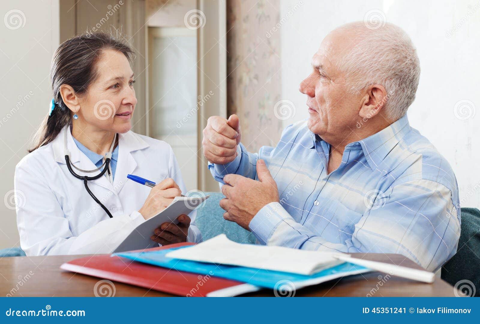 Homme supérieur malade portant plainte au docteur au sujet de la malaise