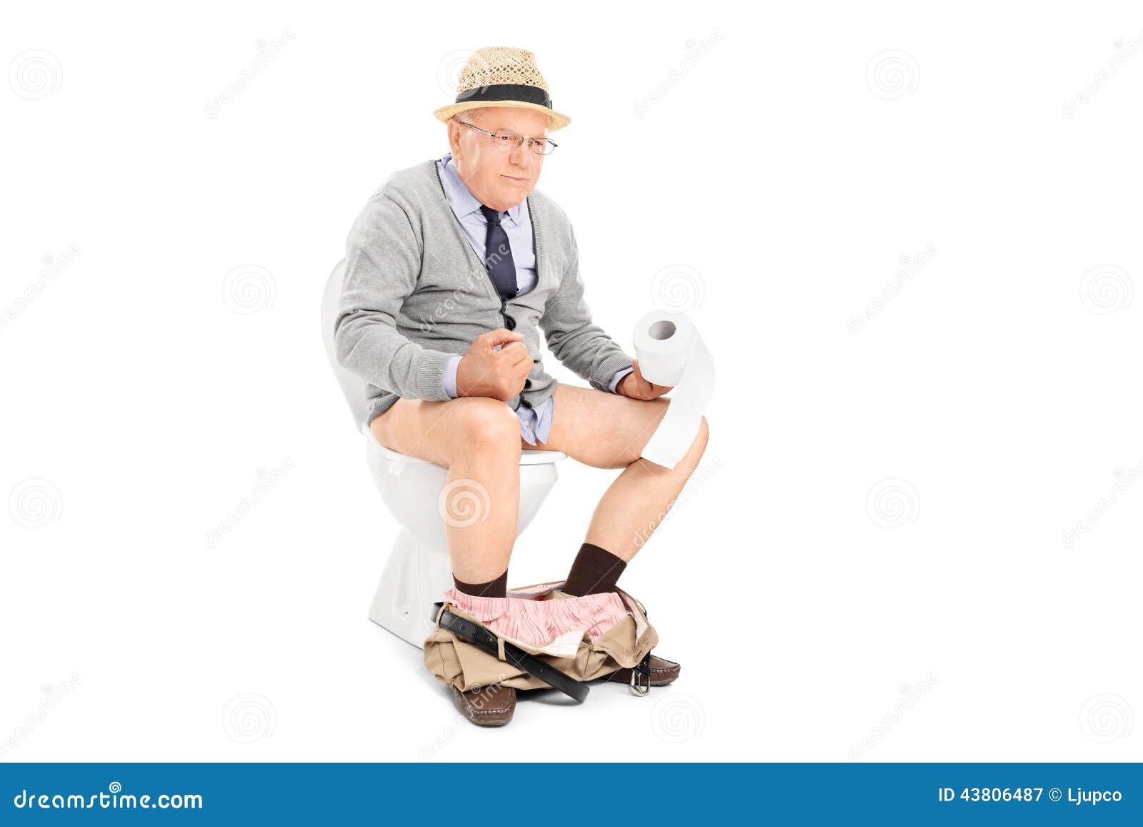 homme-sup%C3%A9rieur-poussant-dur-assis-sur-une-toilette-43806487