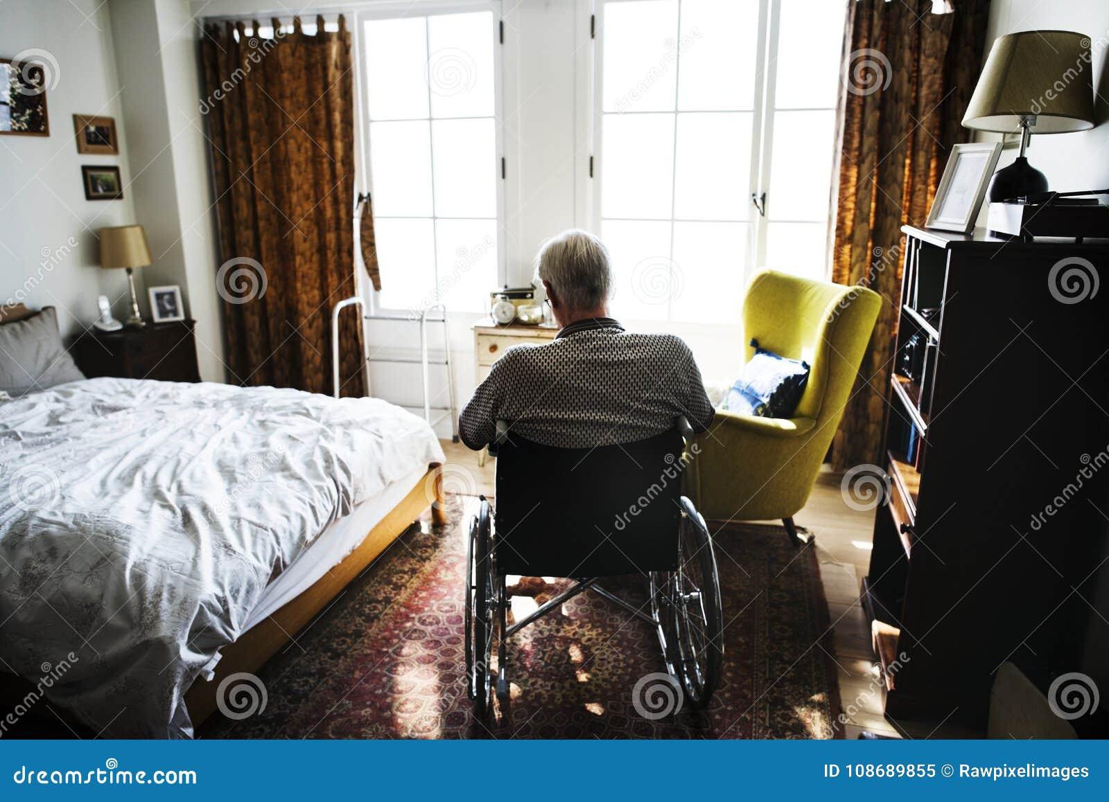 Homme supérieur s asseyant sur seul le fauteuil roulant