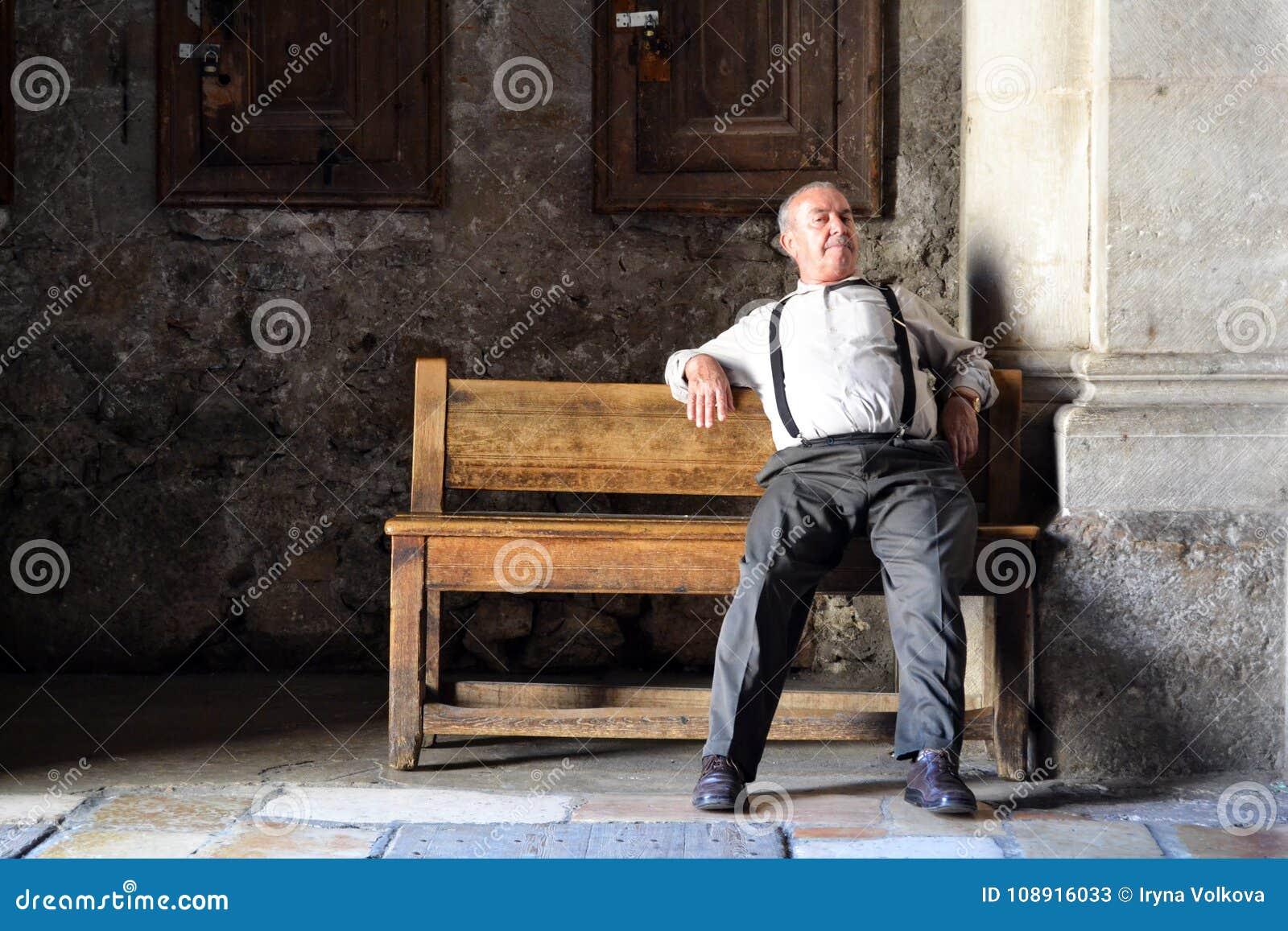 Homme supérieur se reposant sur le banc