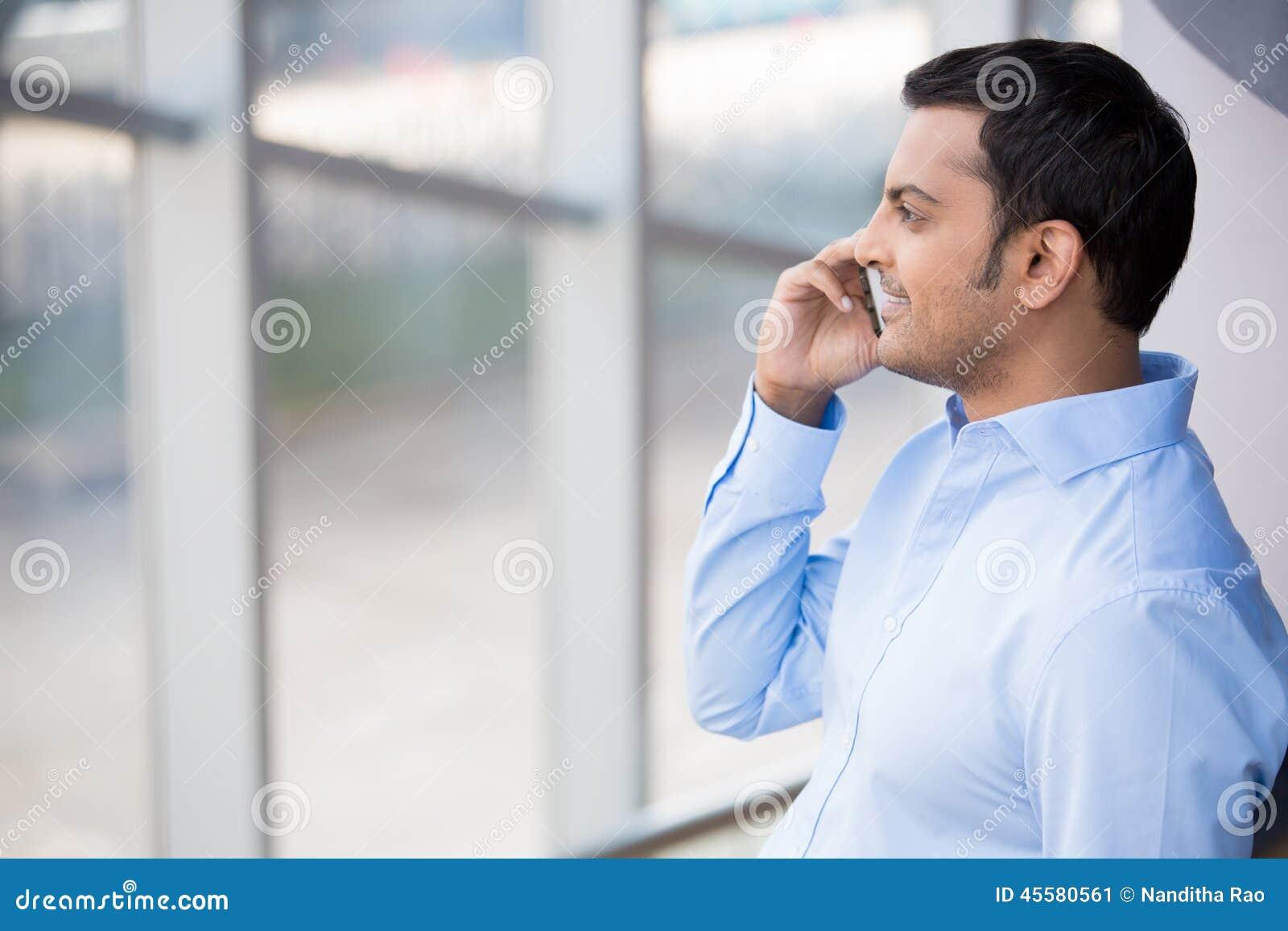 Homme sur l appel téléphonique