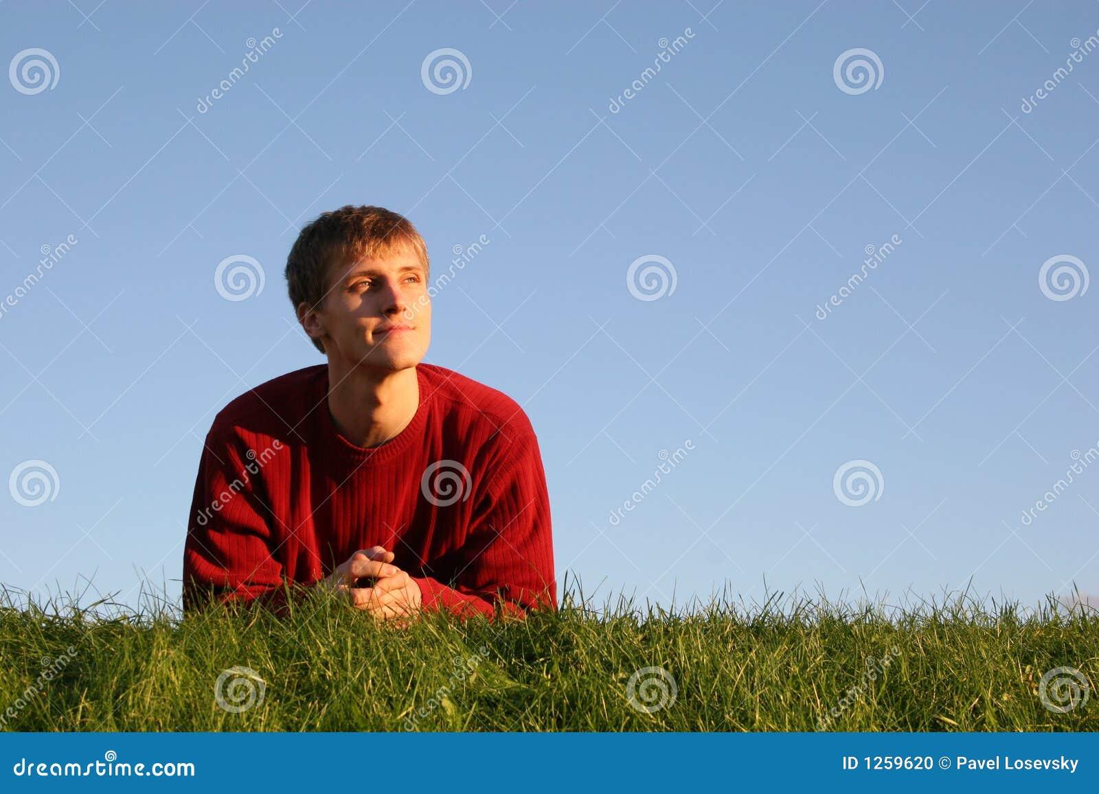 Homme sur l herbe
