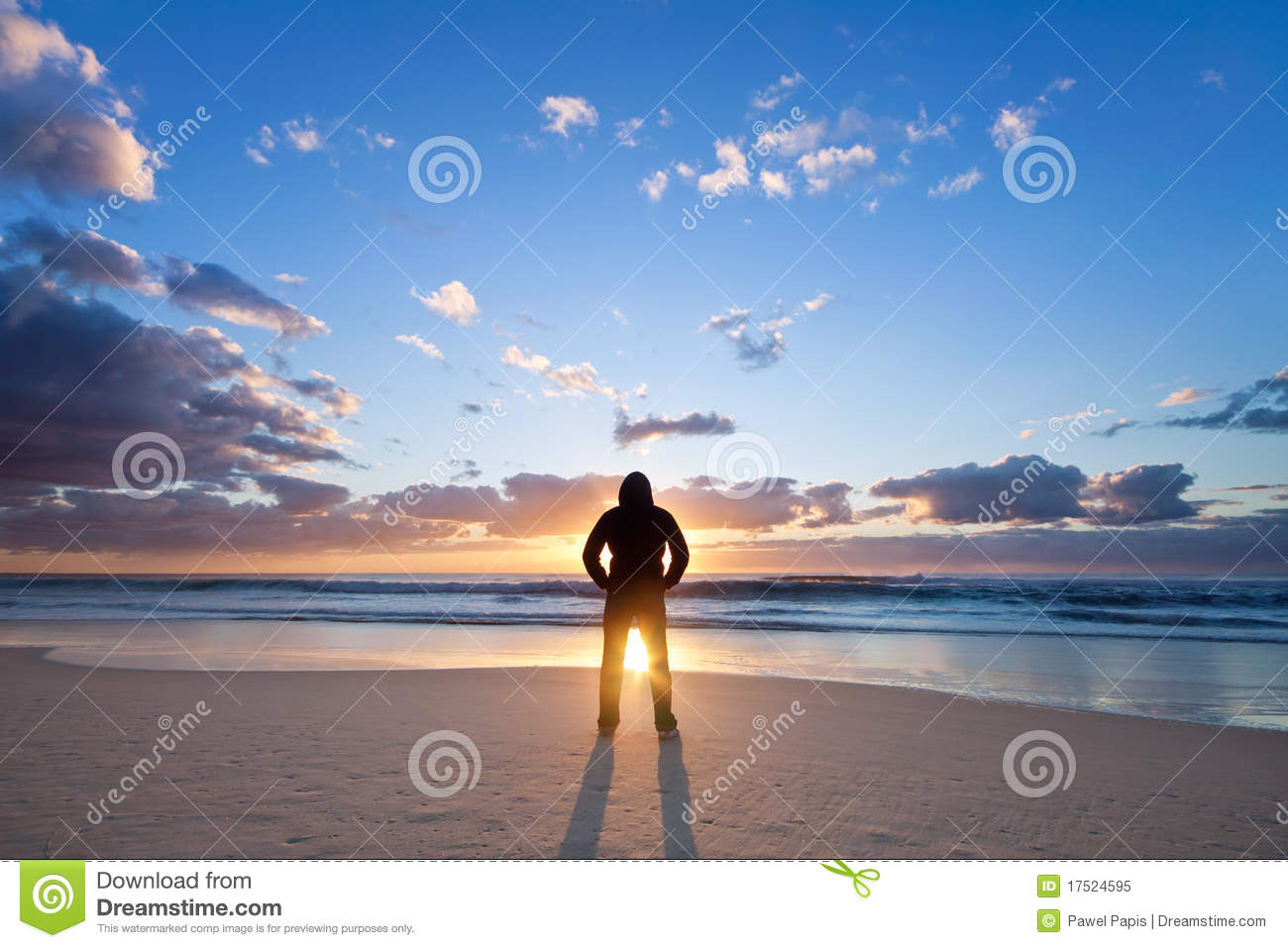 homme sur la plage devant le soleil levant image stock image du motion dur e 17524595. Black Bedroom Furniture Sets. Home Design Ideas