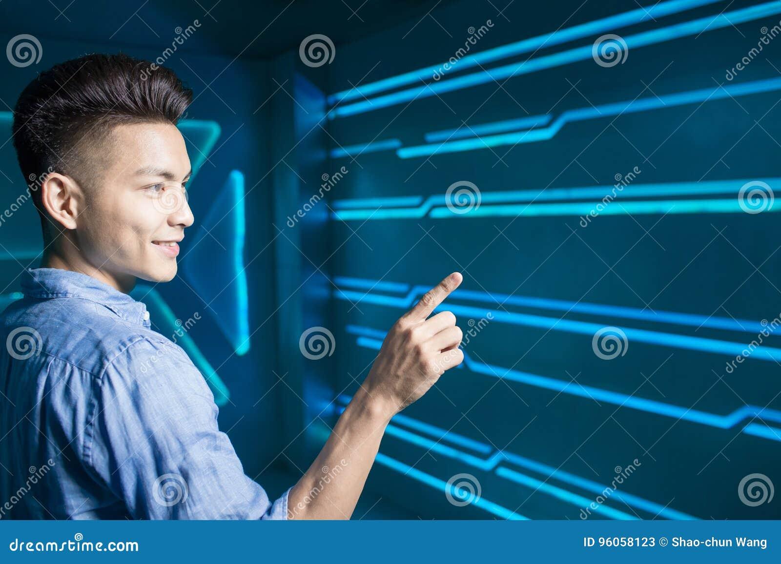 Homme sur le fond de technologie