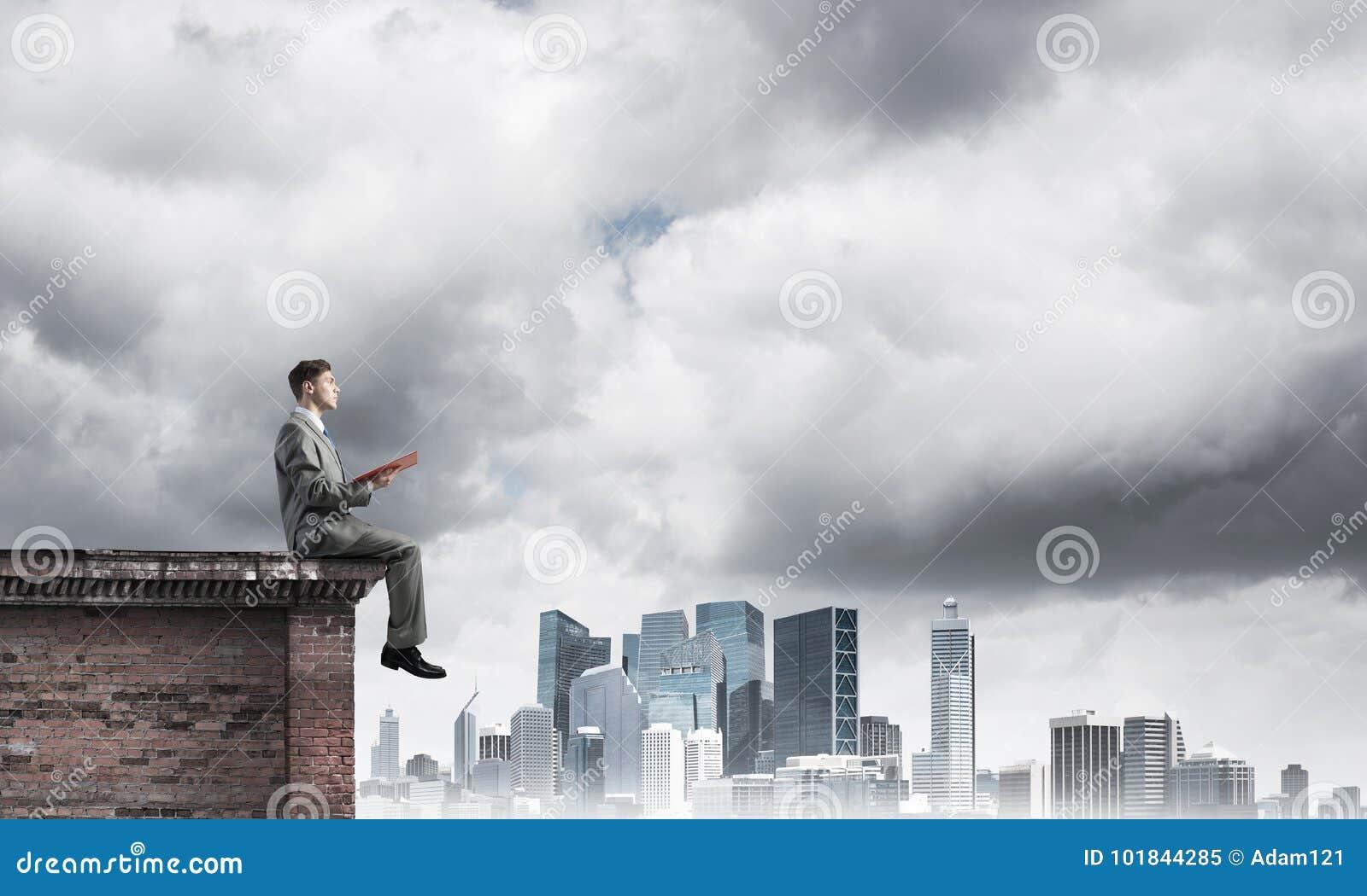 homme sur le livre de lecture de bord de toit et paysage urbain au fond image stock image du. Black Bedroom Furniture Sets. Home Design Ideas