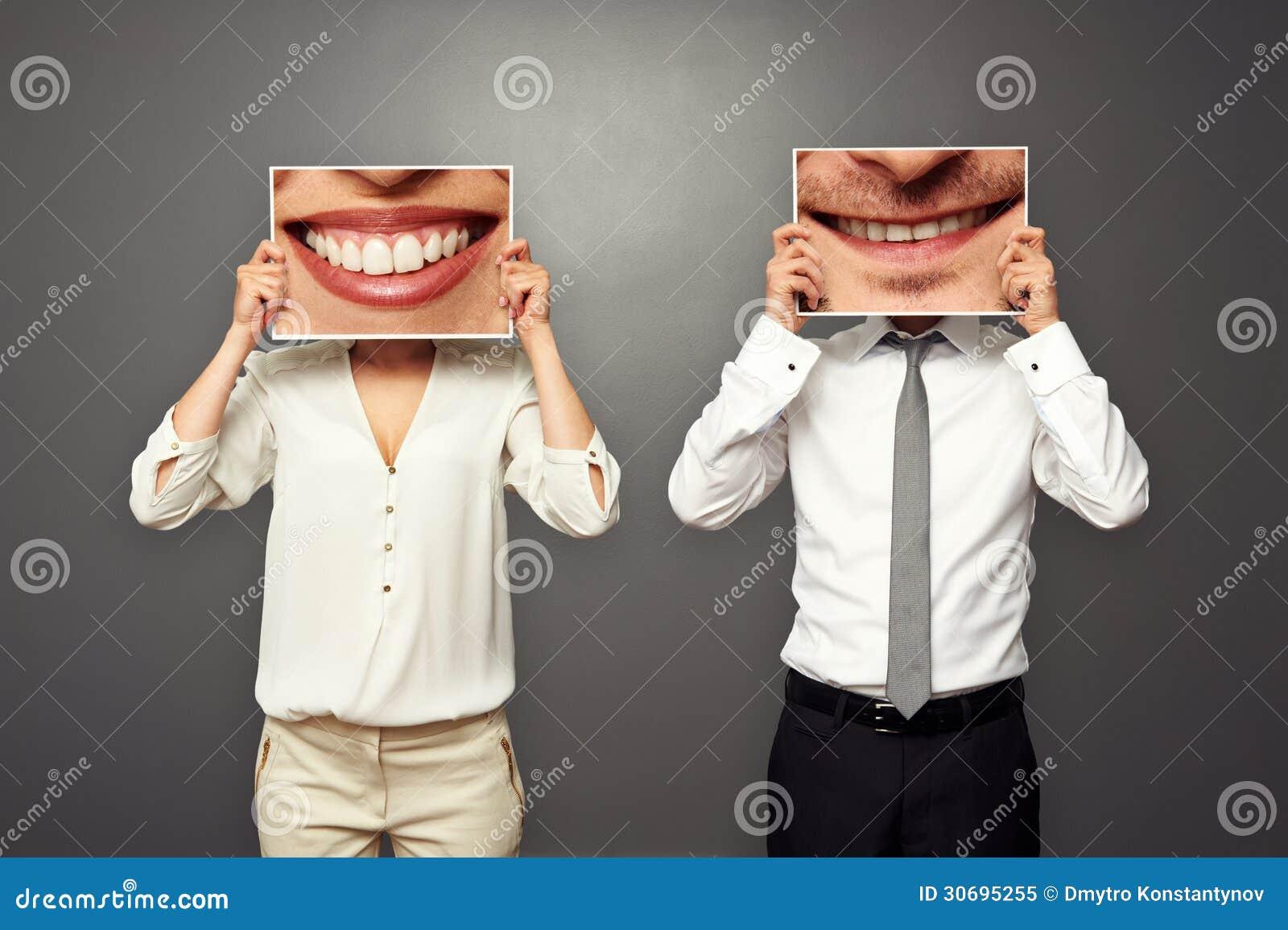 Homme tenant des photos avec le grand sourire