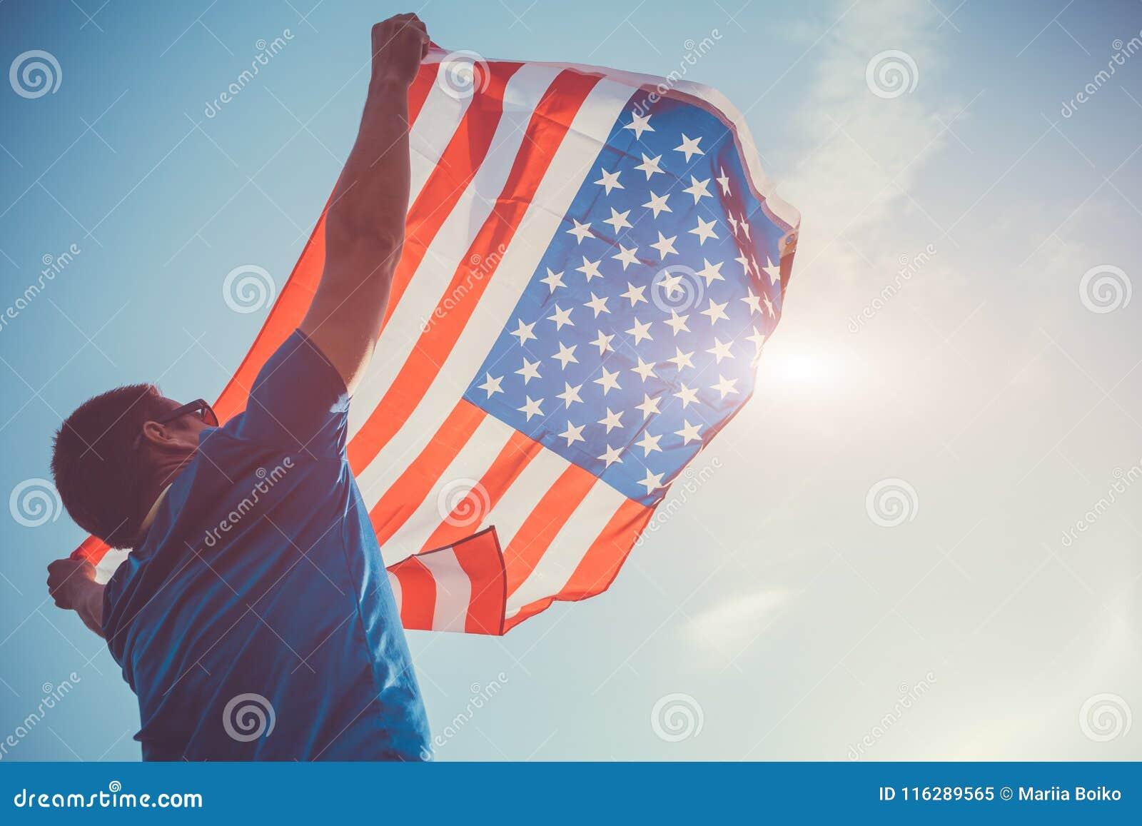 Homme tenant le drapeau national des Etats-Unis Célébration du Jour de la Déclaration d Indépendance de l Amérique 4 juillet