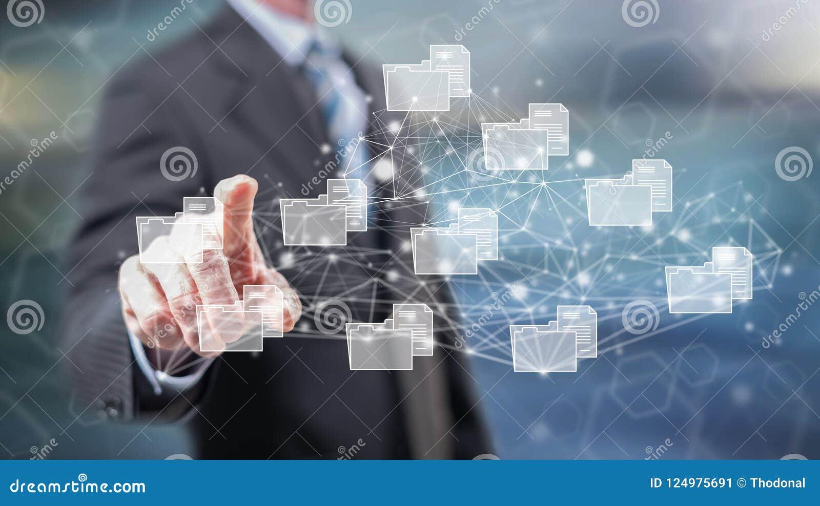 Homme touchant un concept de connexion de données