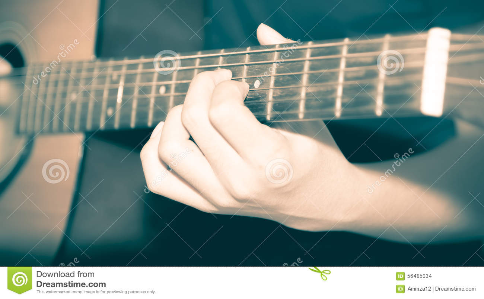 Homme toujours de la vie jouant la guitare