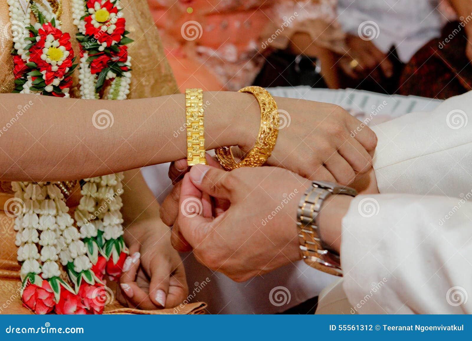 taille 40 d9a21 53e81 Homme Traditionnel Thaïlandais Fermé- Mettant Le Bracelet De ...