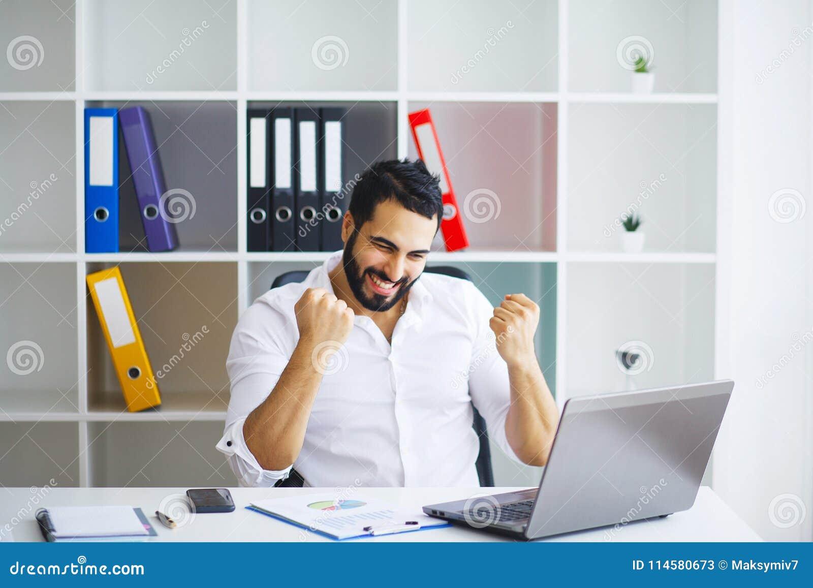 Homme Travaillant A L Ordinateur Dans Le Bureau Contemporain Image