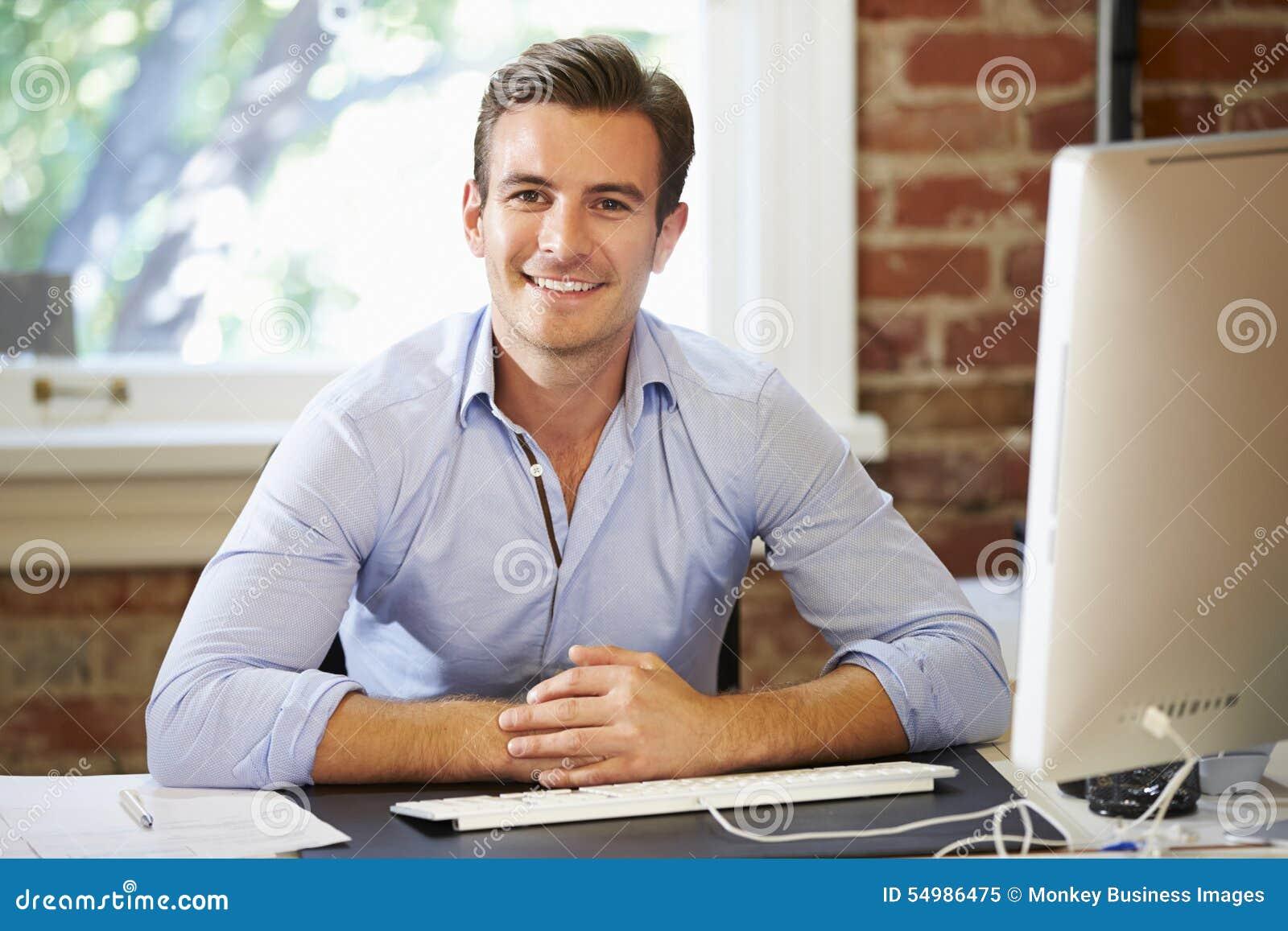 Homme travaillant à l ordinateur dans le bureau contemporain